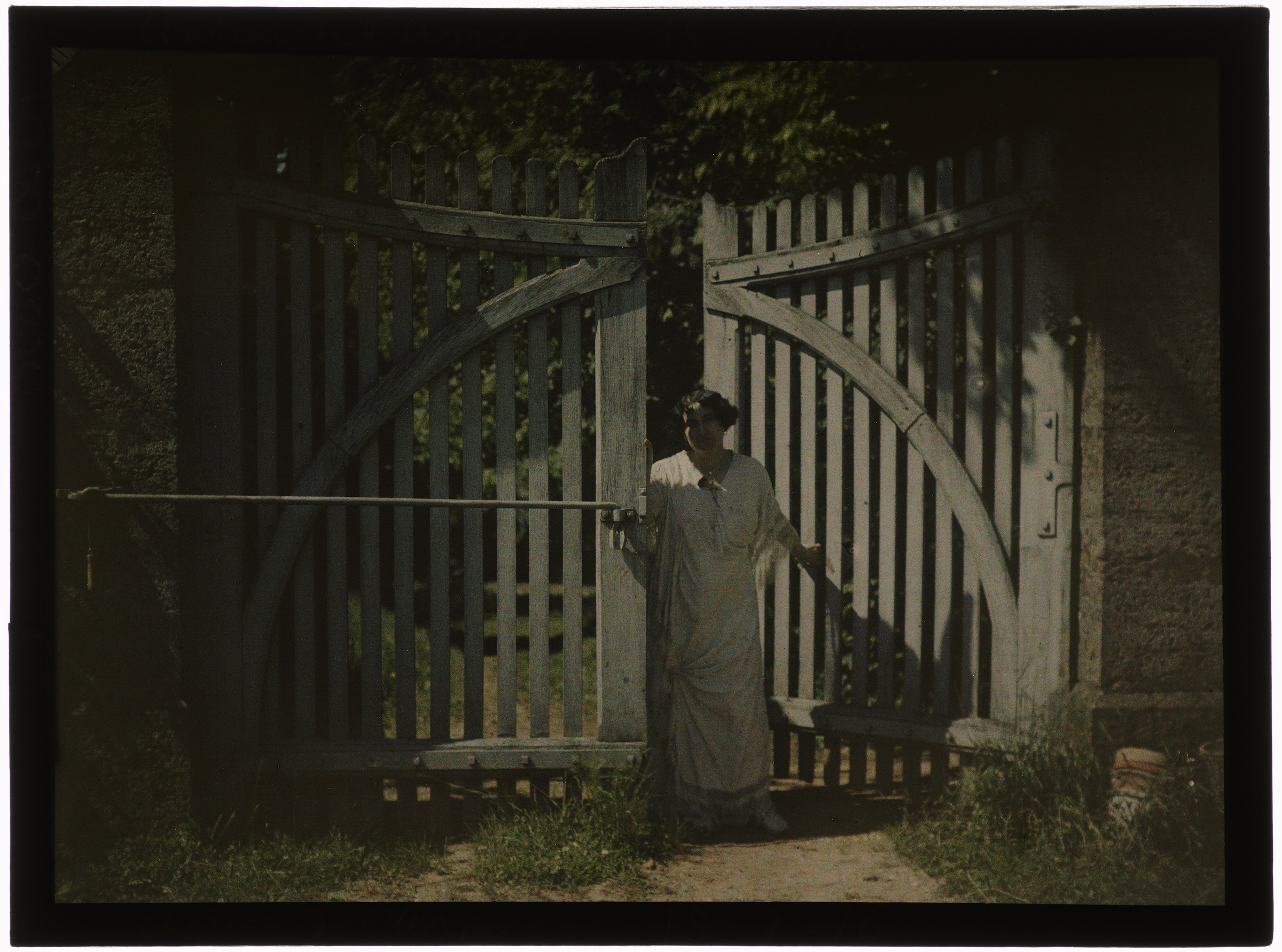 Femme sur le pas de la porte du château de l'asnée