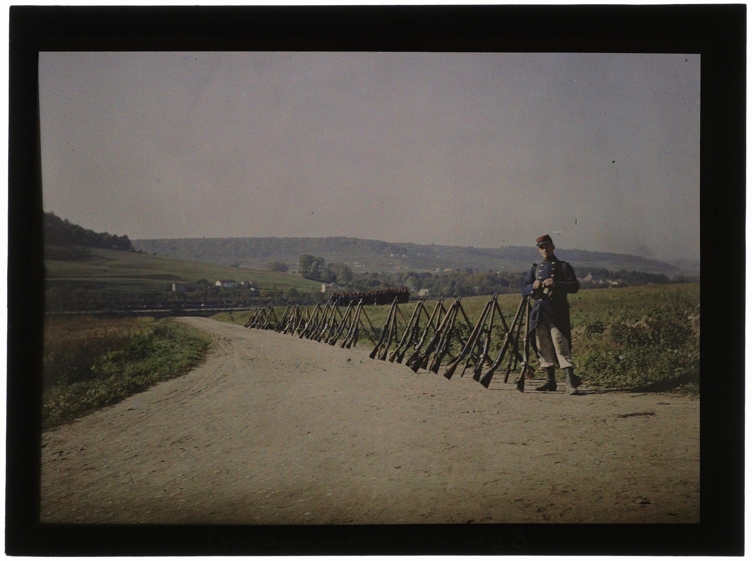 Soldat de garde devant les fusils en faisceaux