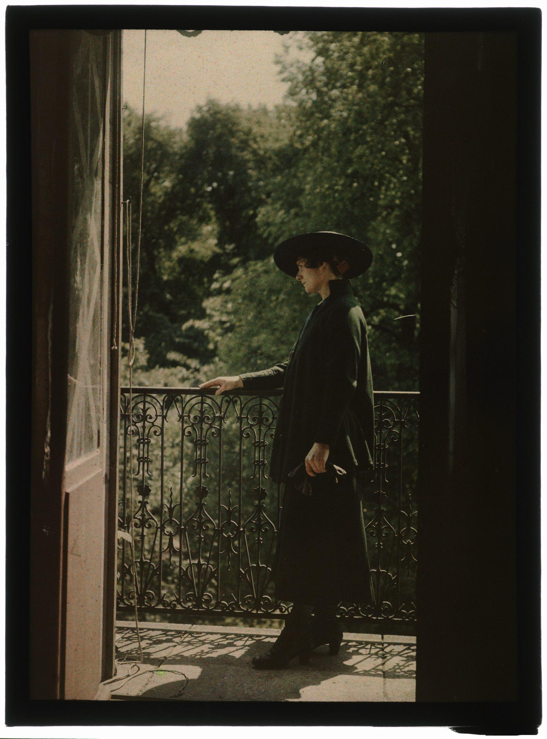 Portrait de femme au balcon ouvert sur le jardin