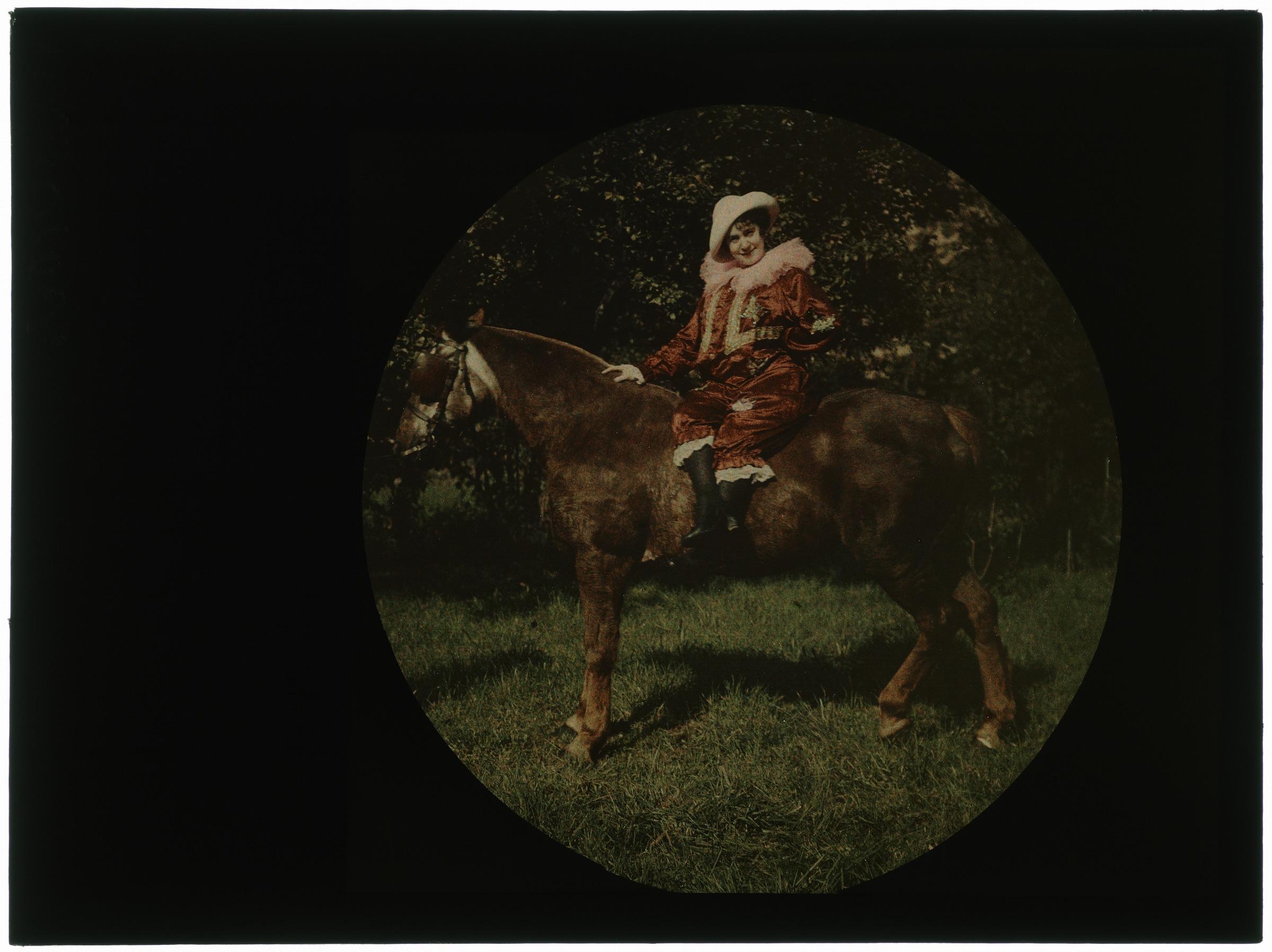 Cavalière en costume de cirque sur son cheval