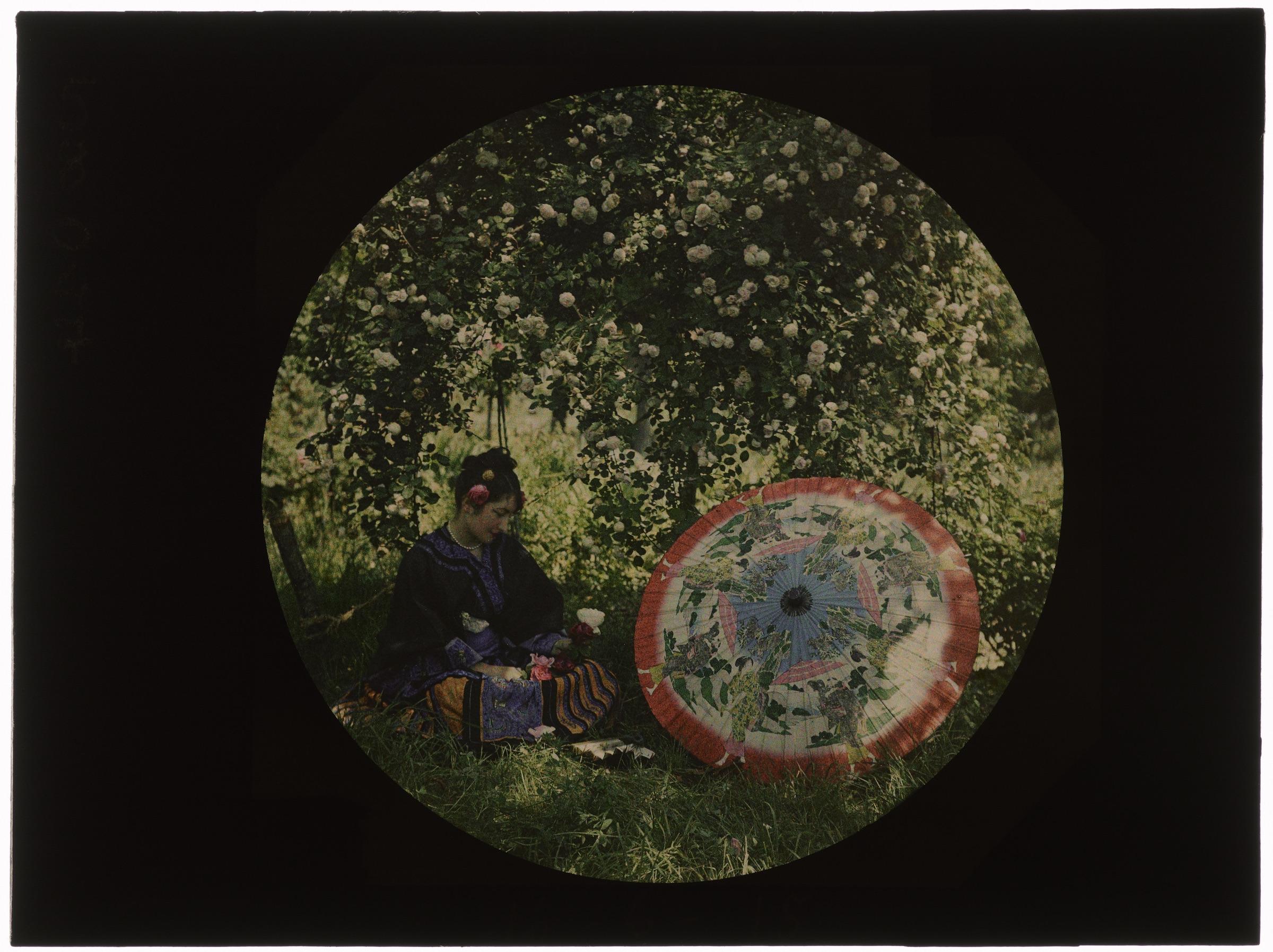 Femme costumée en japonaise dans le jardin