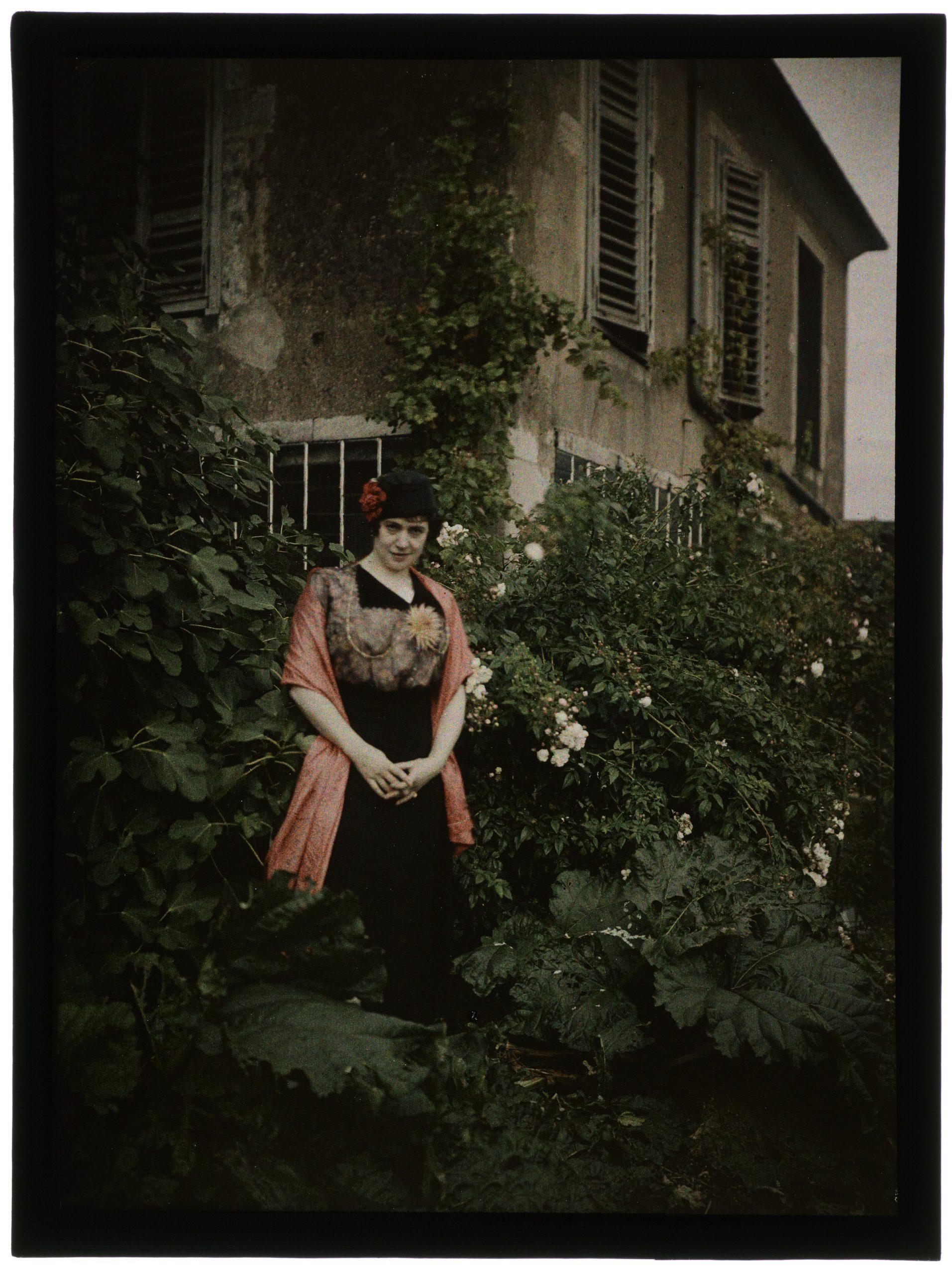 Femme devant la maison