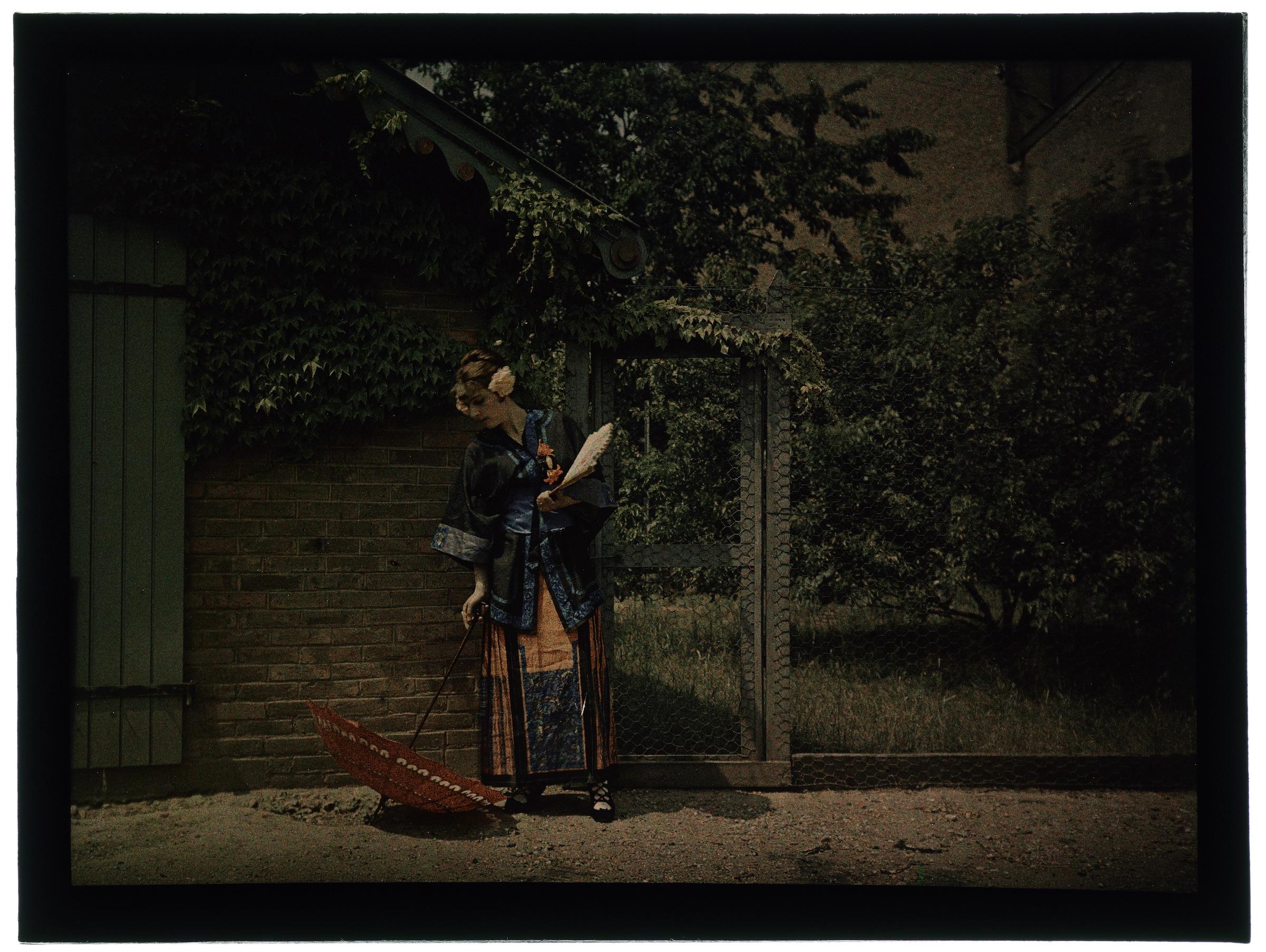 Femme en costume japonaise dans le jardin