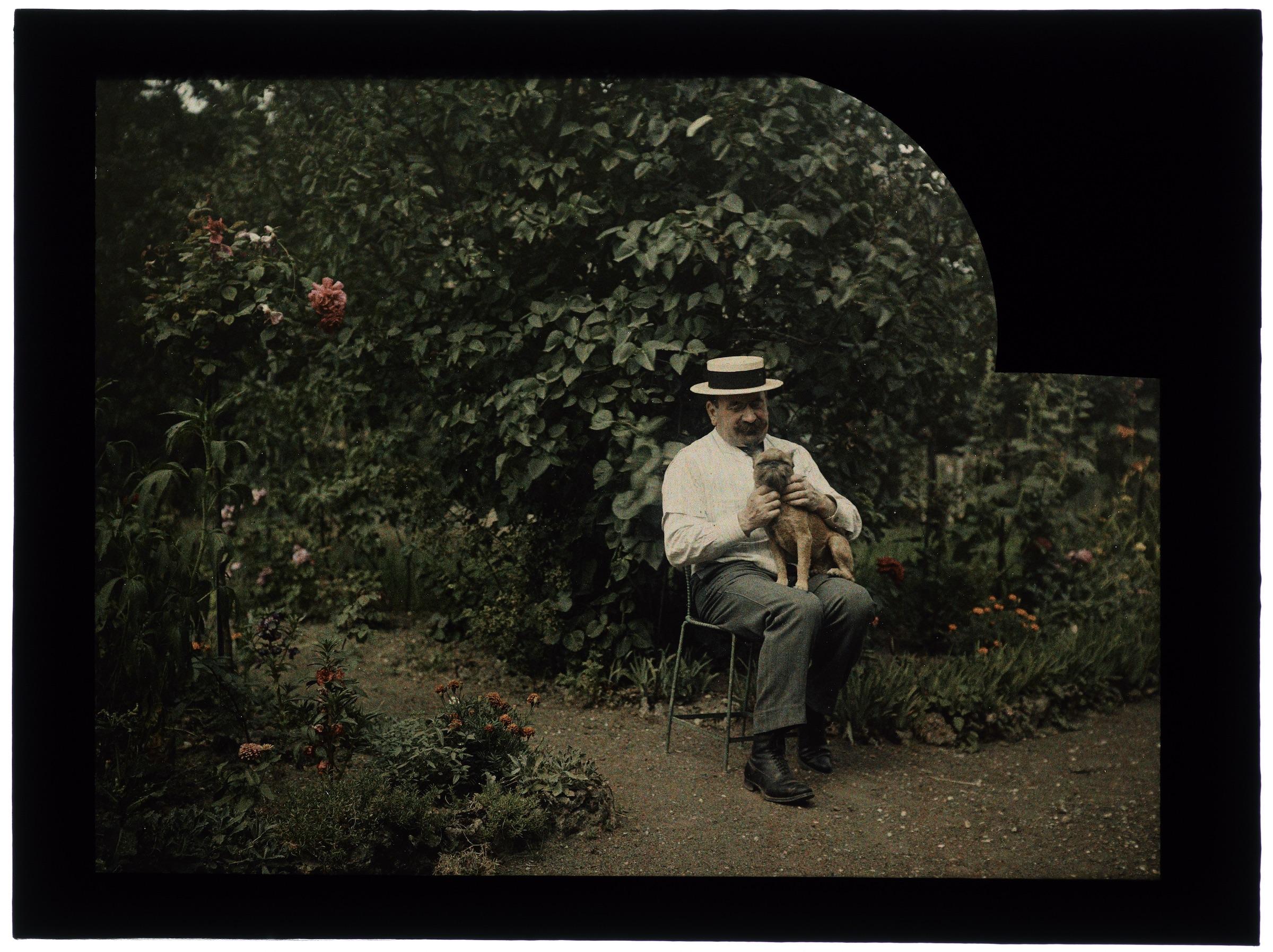 Homme est son chien au jardin