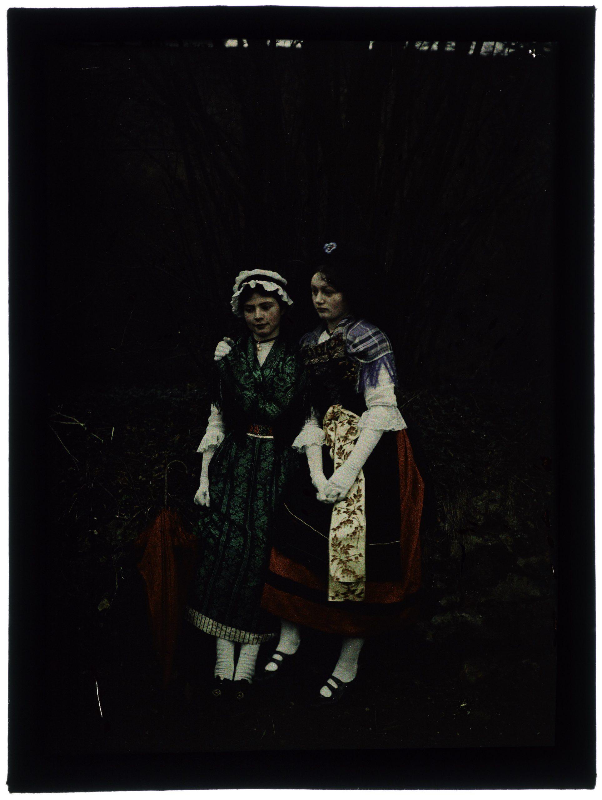 Allégorie de l'Alsace et de la Lorraine, deux fillettes costumées