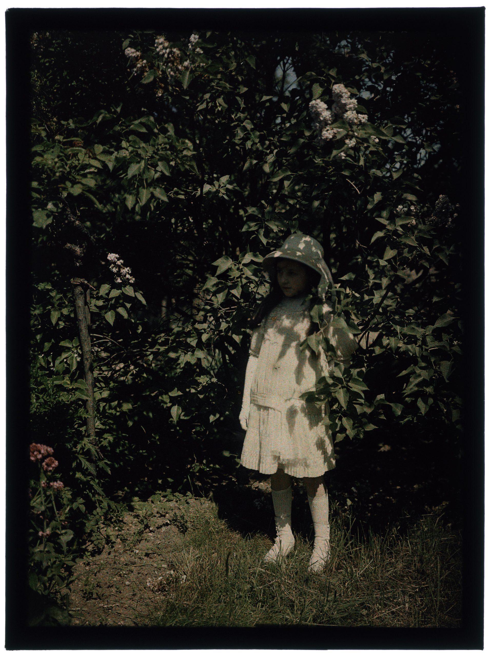 Fillette et sa mère au jardin
