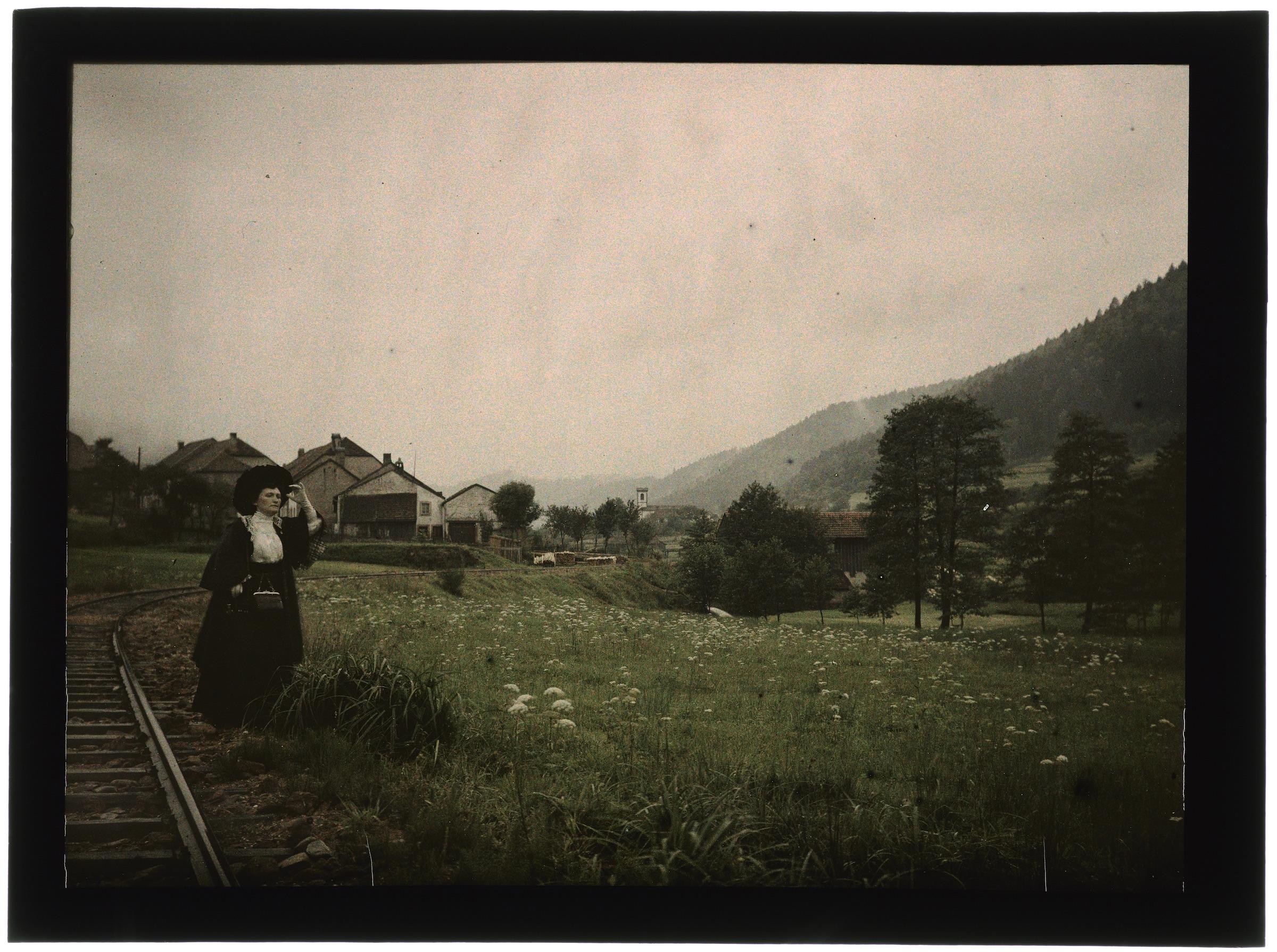 Femme dans la campagne ou le village