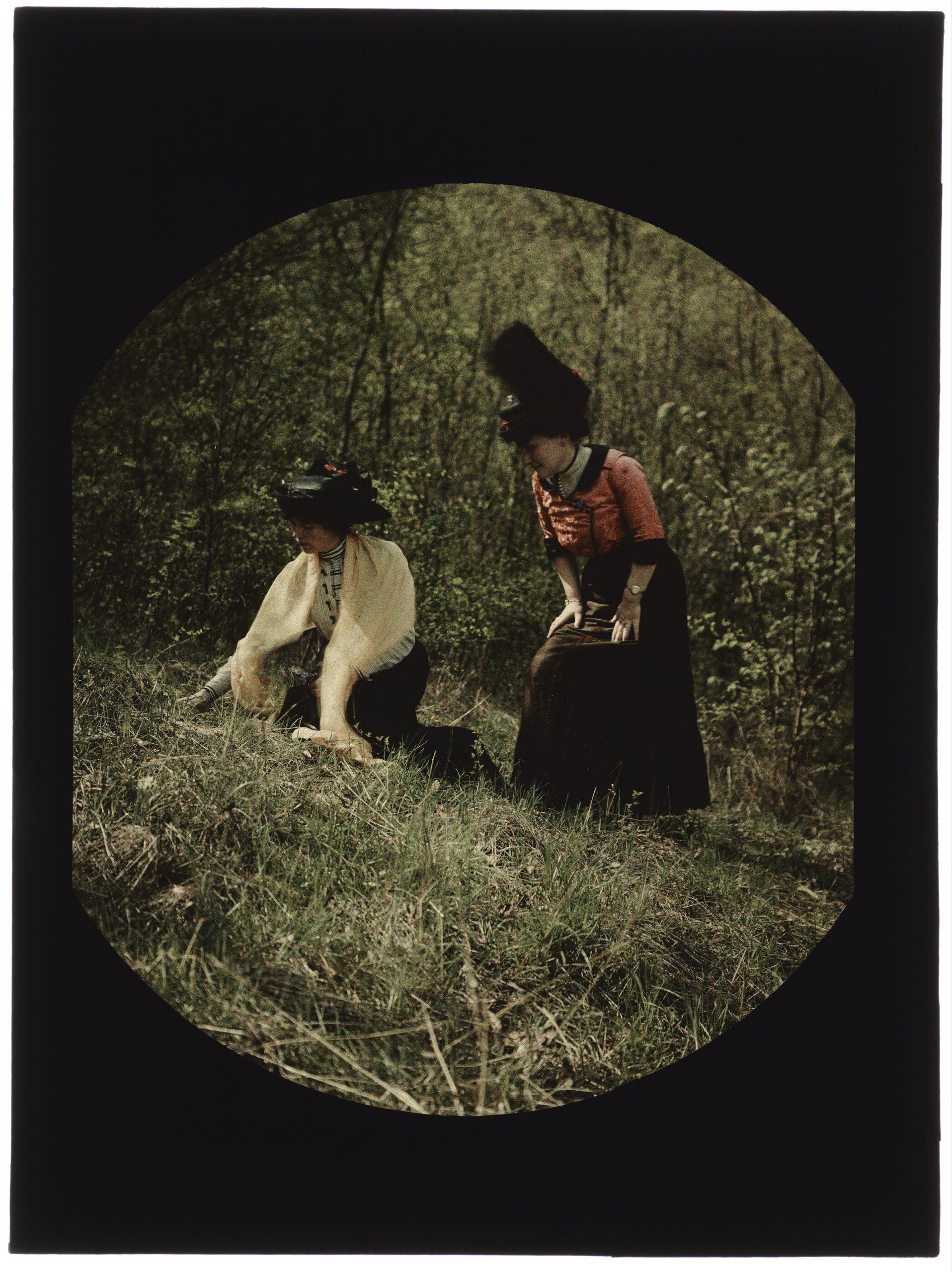 Portrait de deux femmes dans la forêt