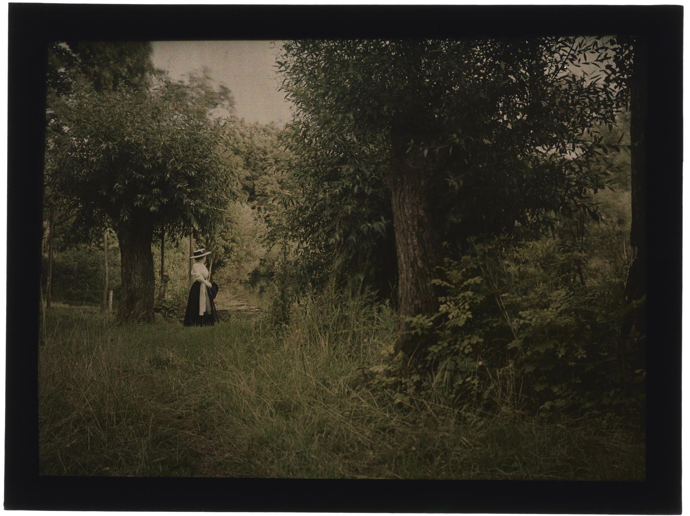 Une ou deux femmes dans la campagne