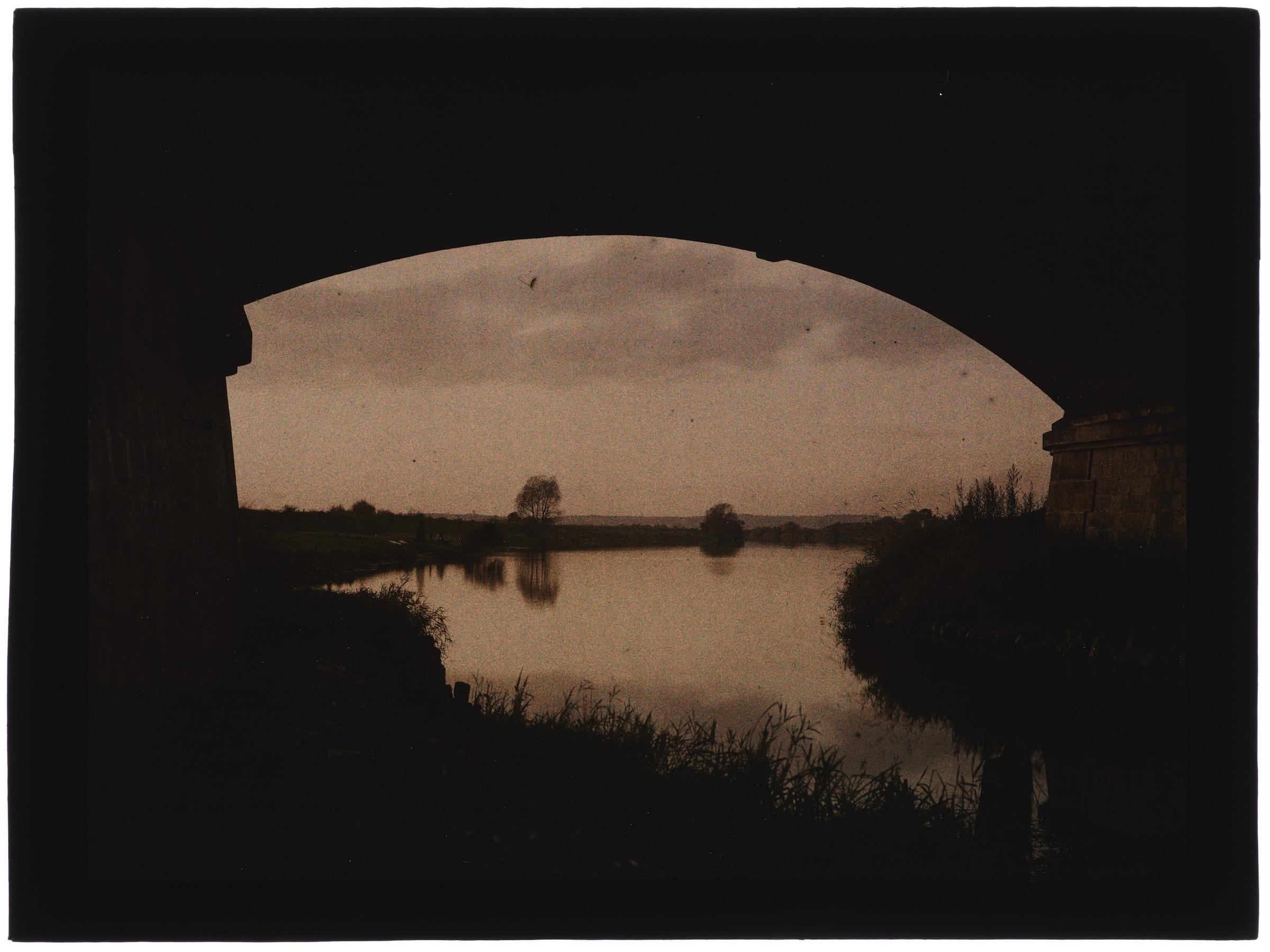 Coucher de soleil sur la rivière, un village