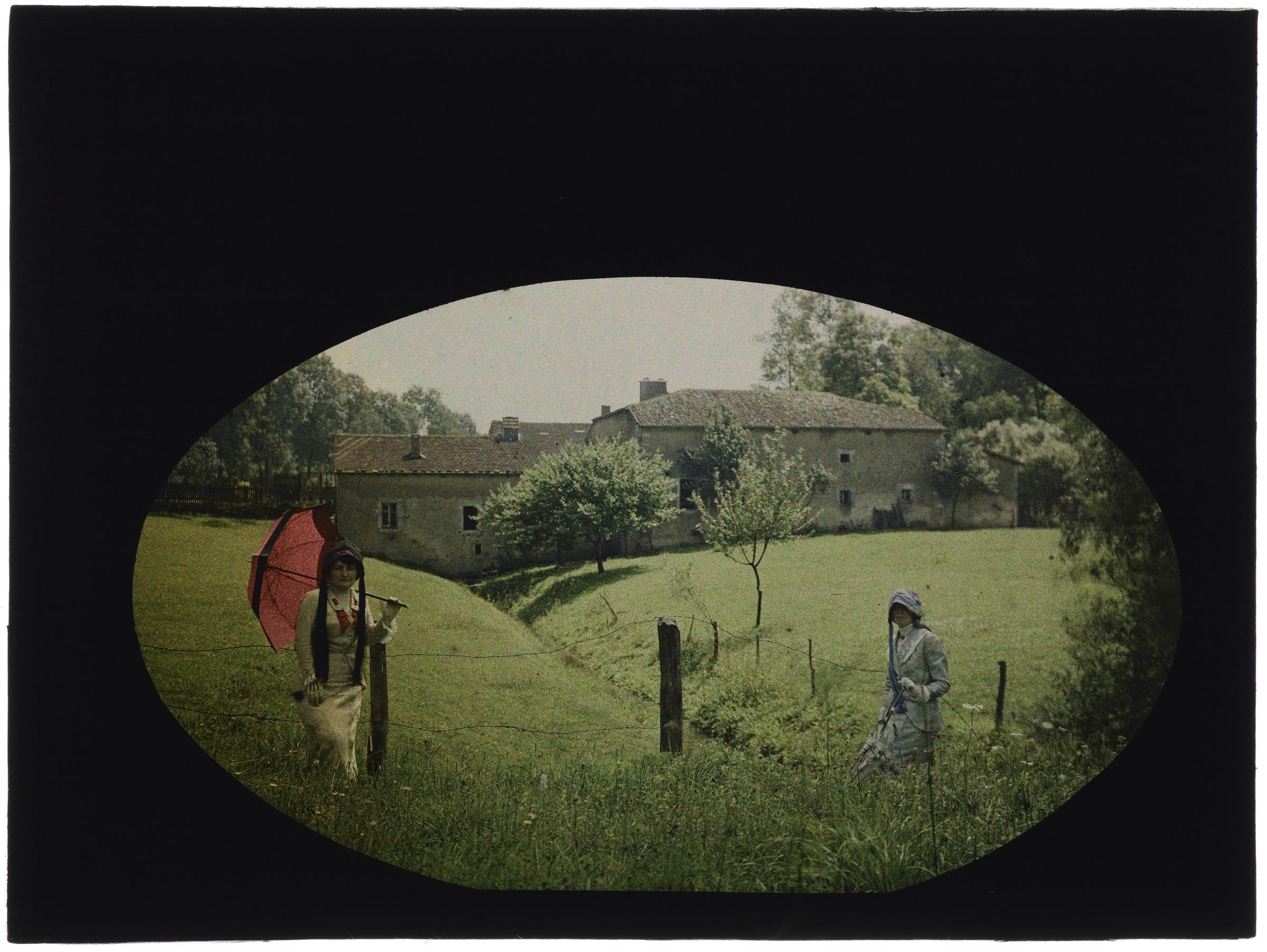 Deux femmes dans les champs avec maisons