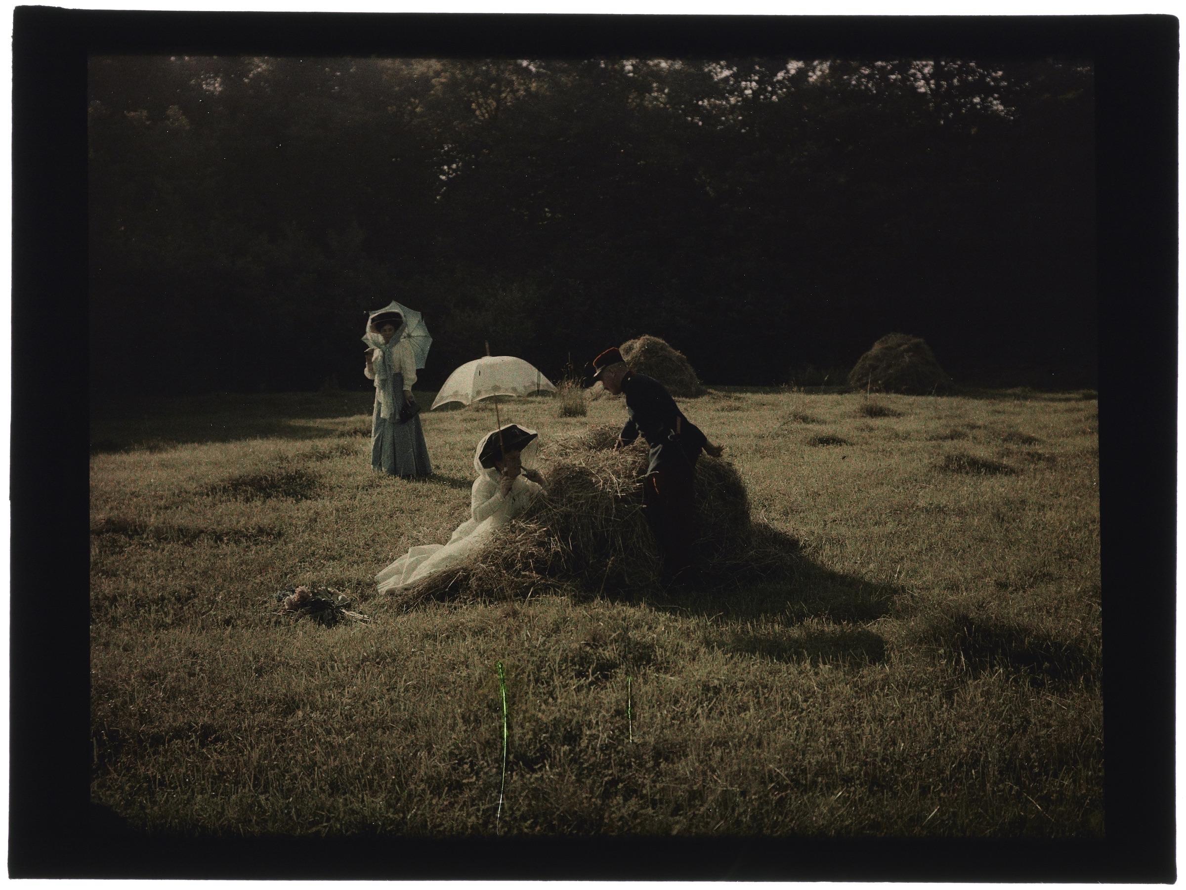 Deux femmes dans les champs moissionnés avec soldat