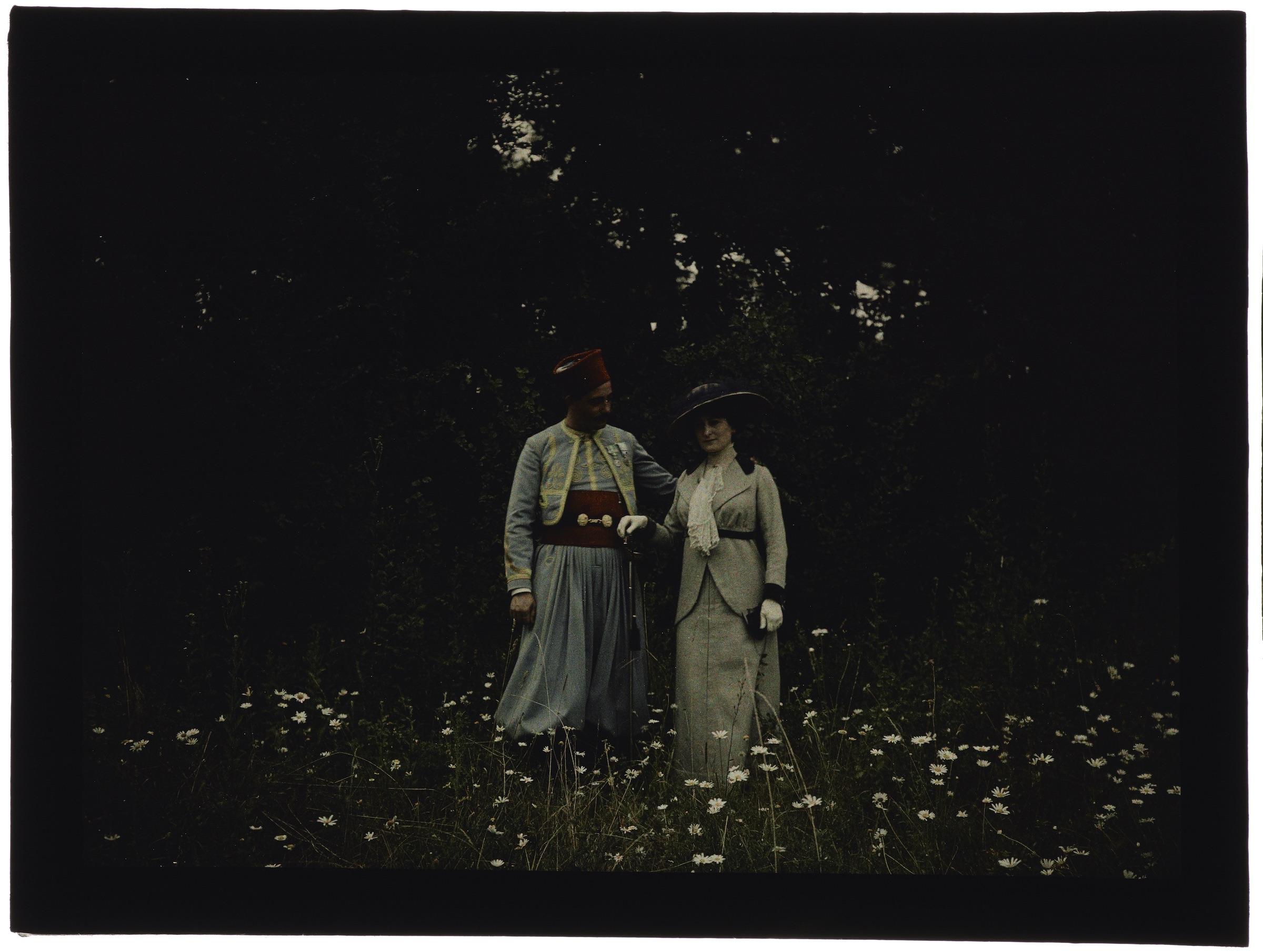 Femme dans la forêt avec un soldat