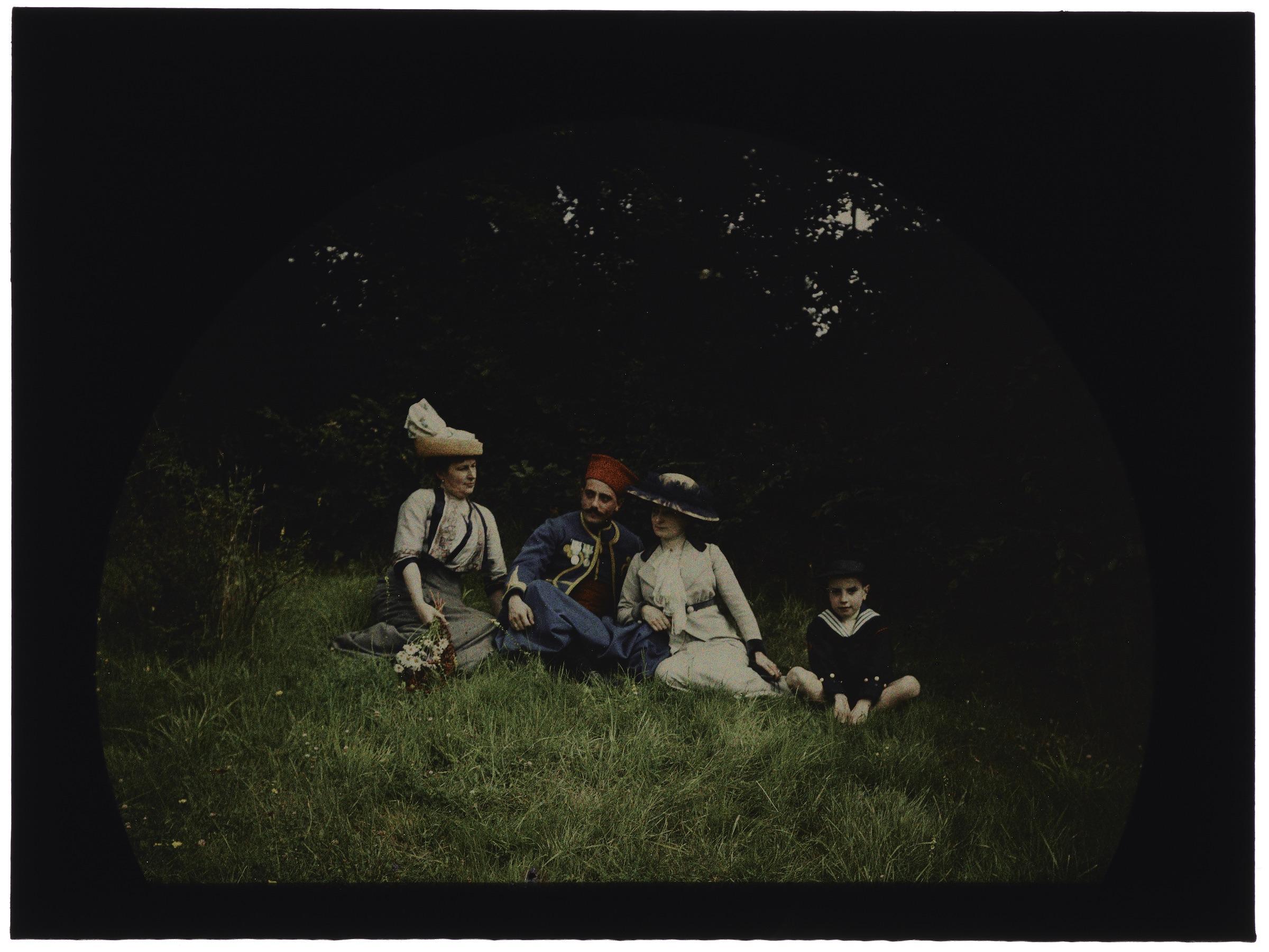 Deux femmes, un soldat et un enfant en costume marin dans la forêt ou les champs