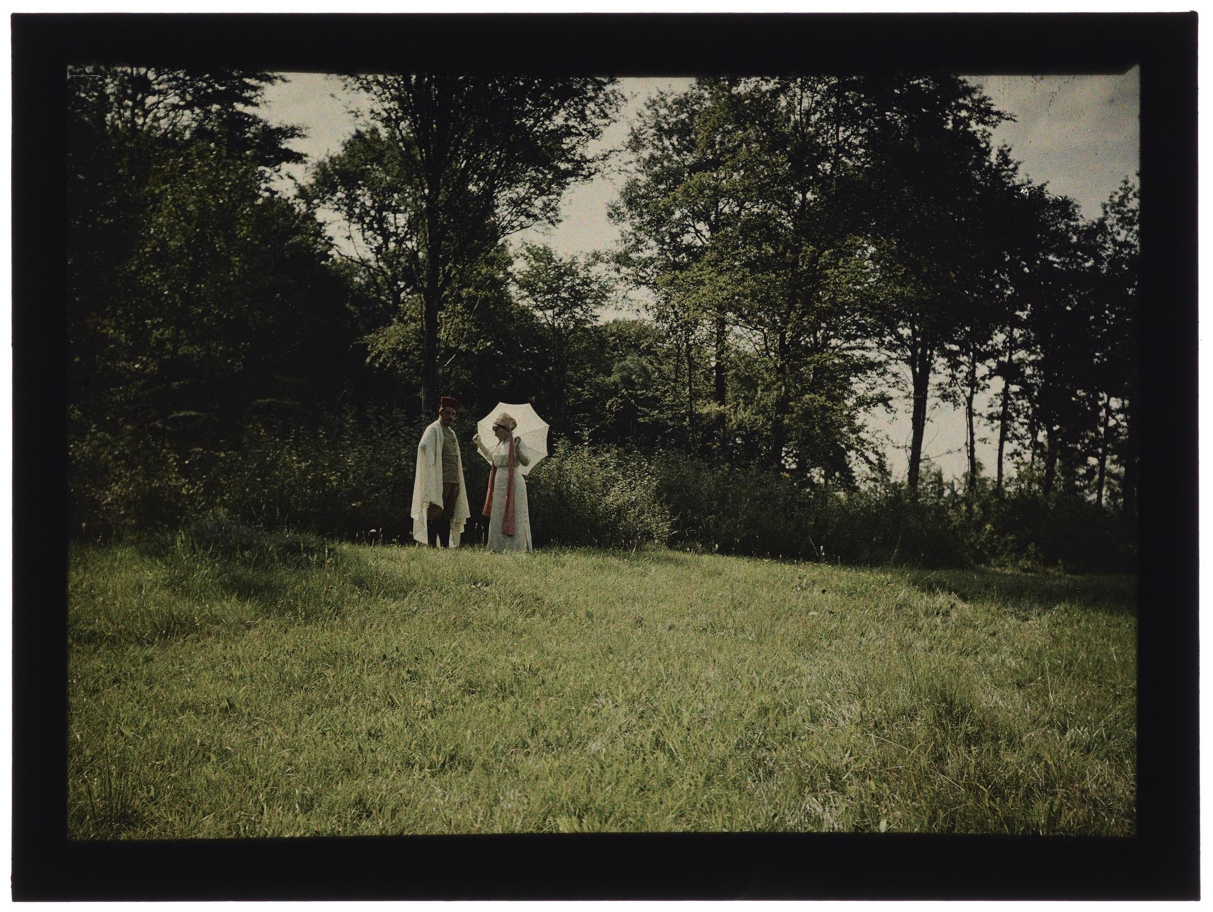 Femme en blanc et zouave en cape blanche