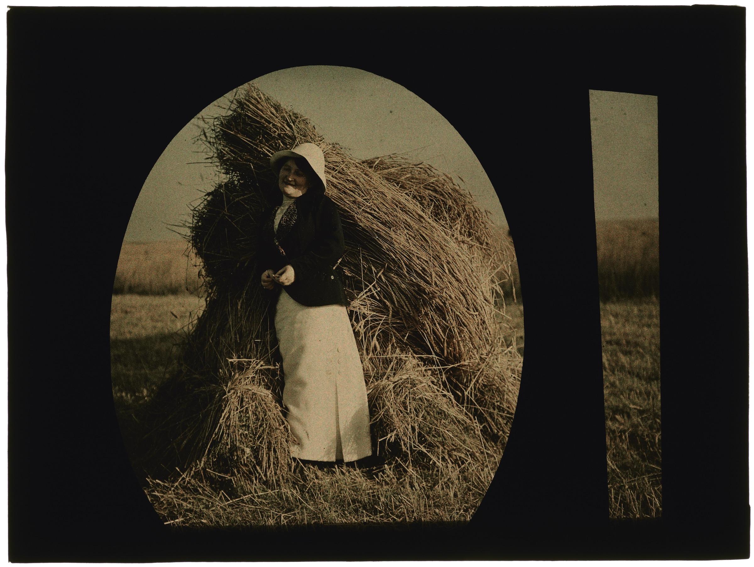 Femme dans les champs moissonnés