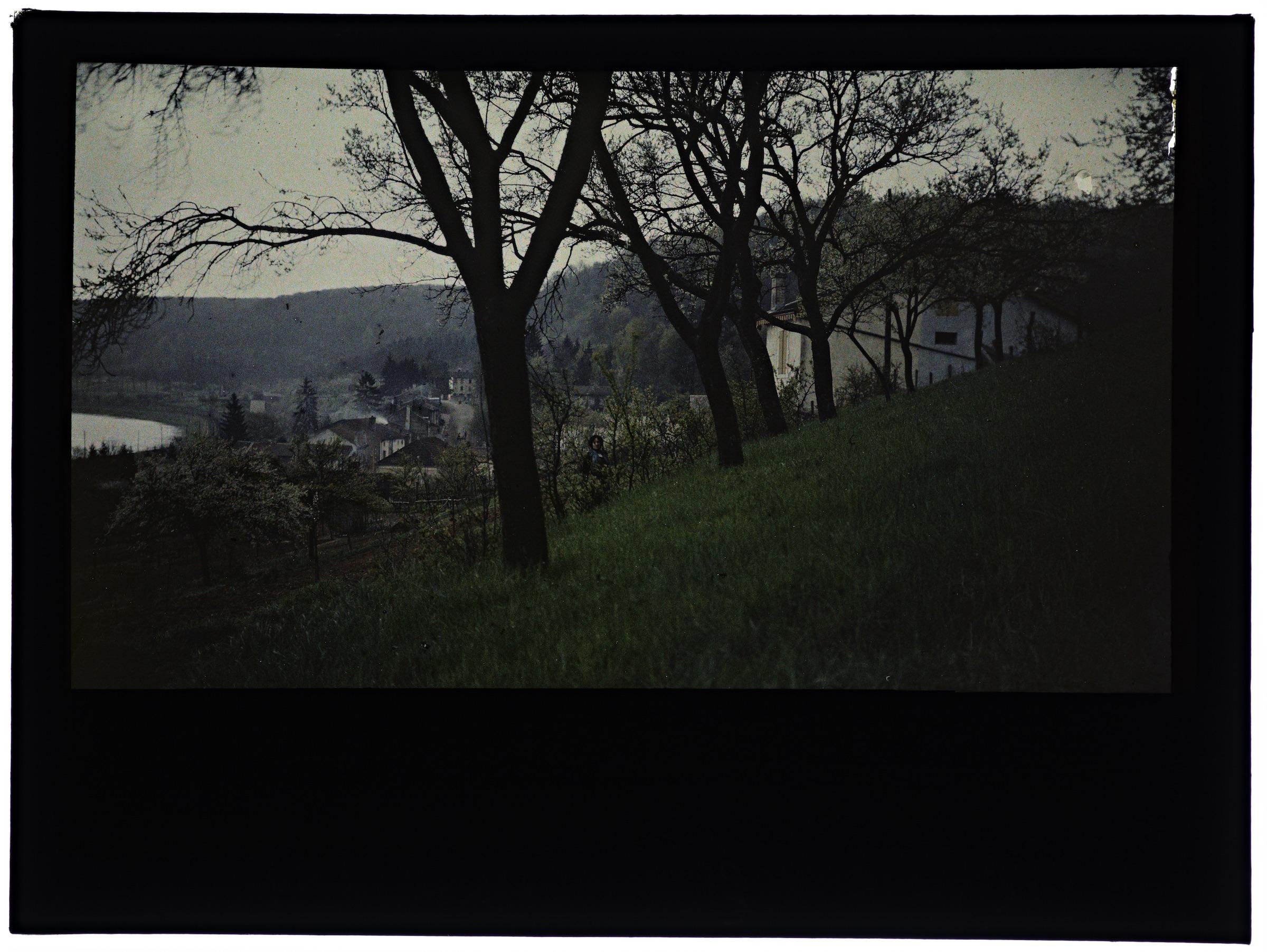 Une ou deux femmes dans la campagne avec village en arrière plan