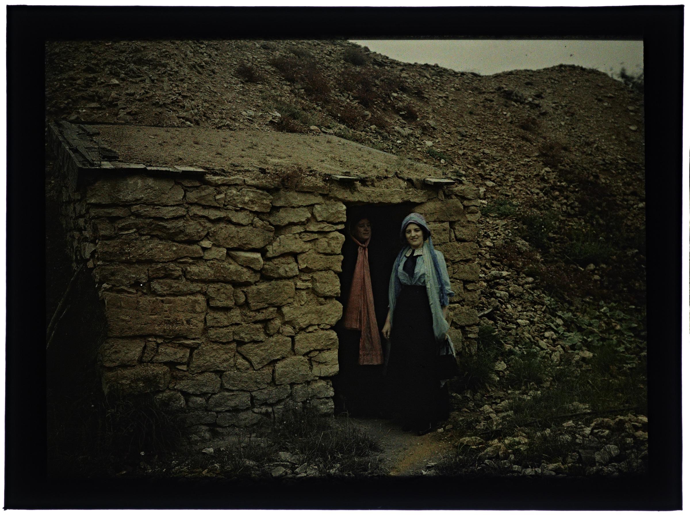Une ou deux femmes dans une carrière de pierre