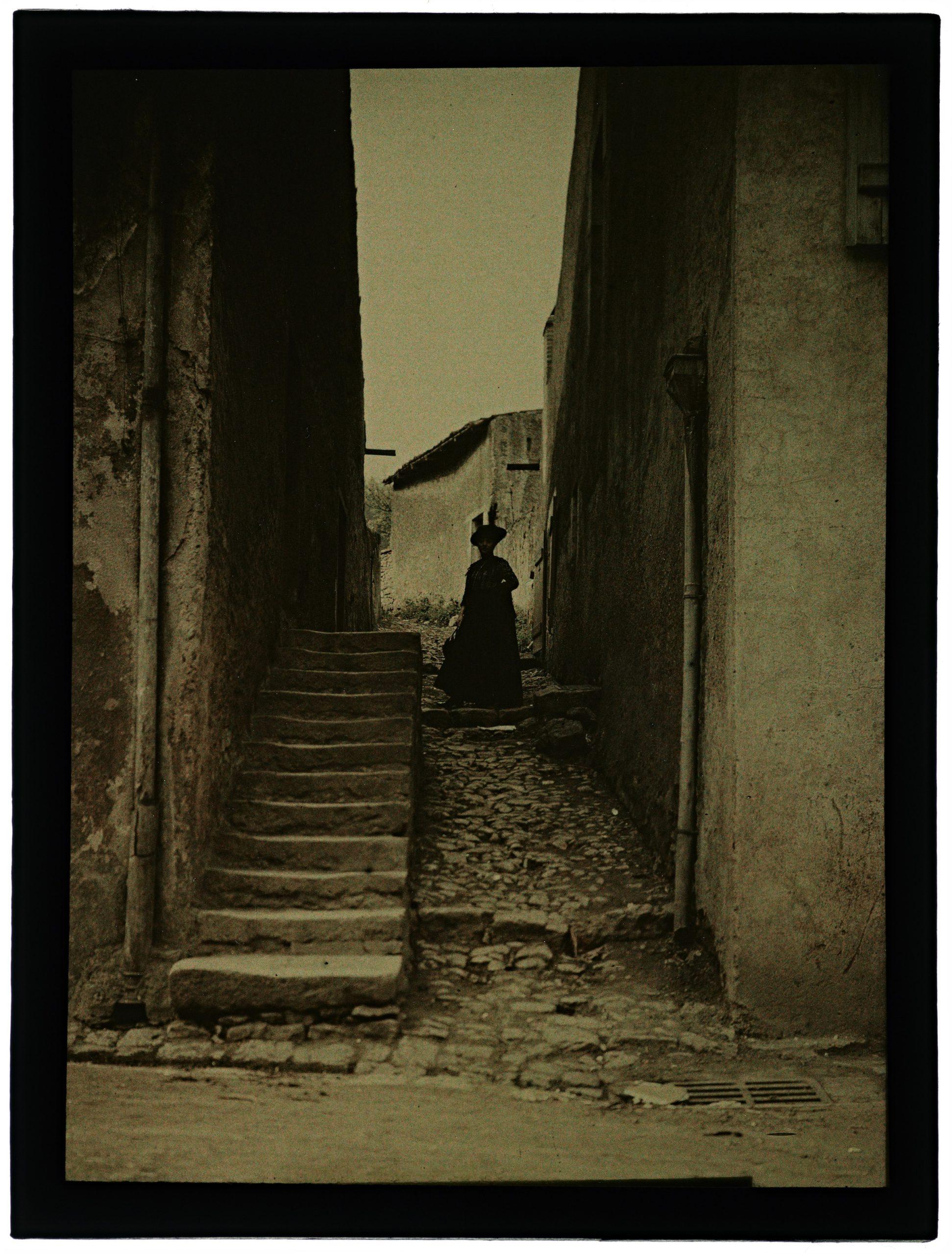 Femme dans le village