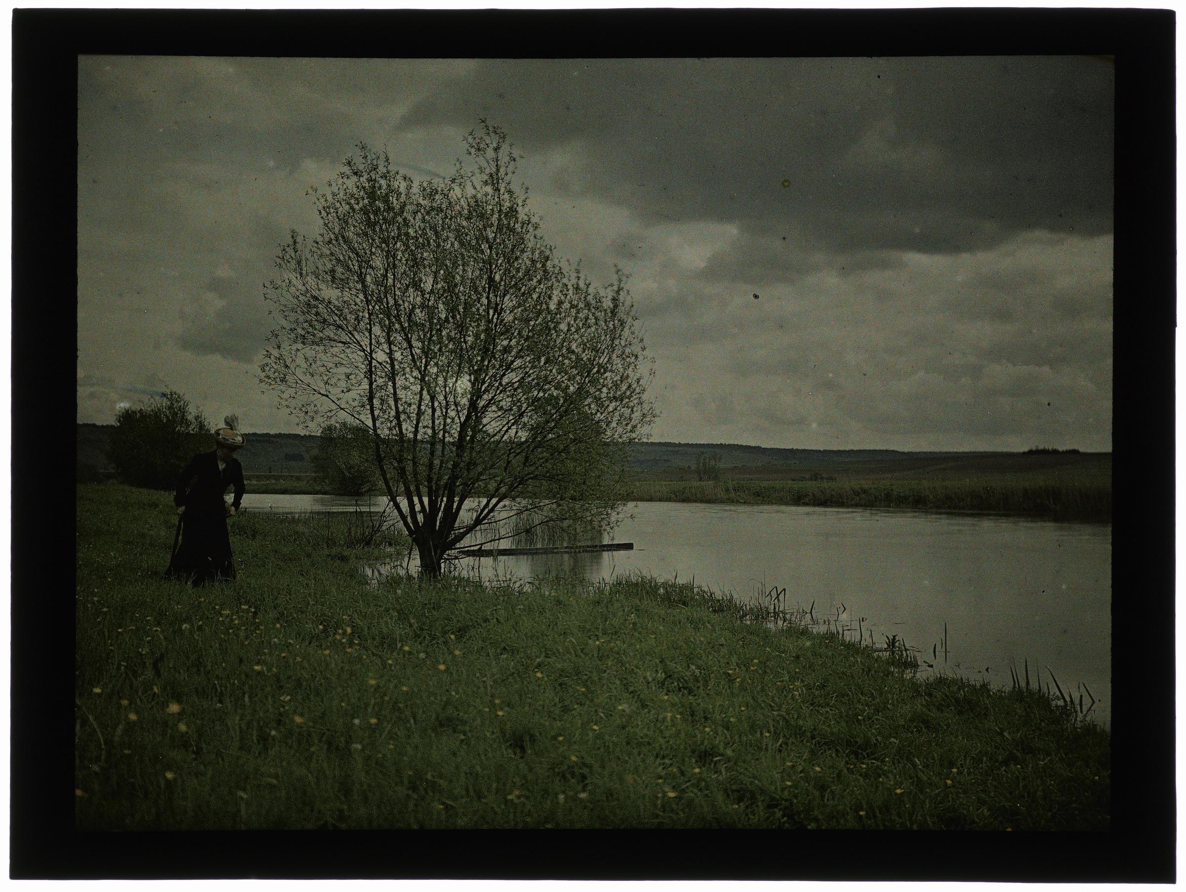 Femme au bord de la rivière