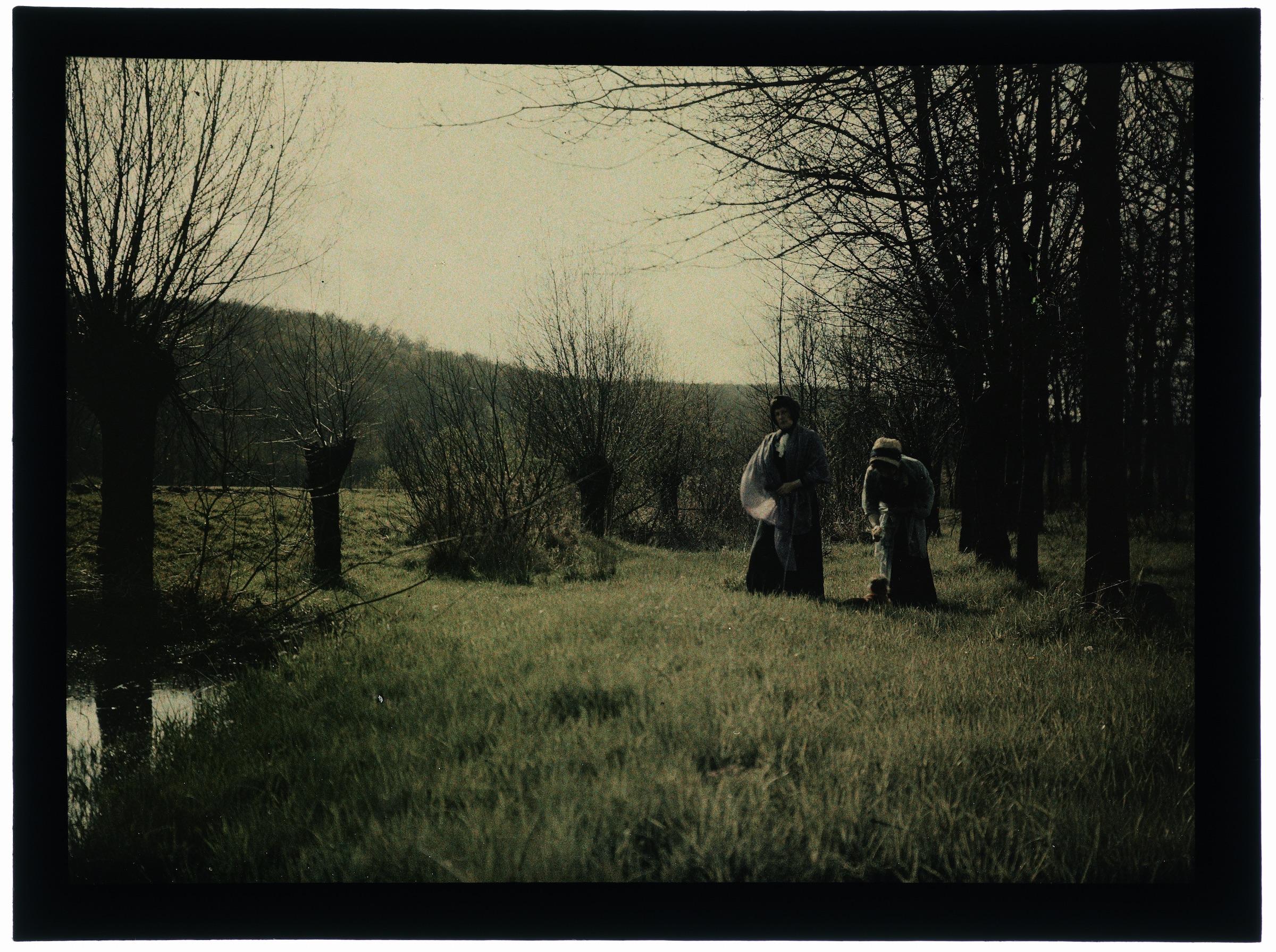Une ou deux femmes au bord de la rivière