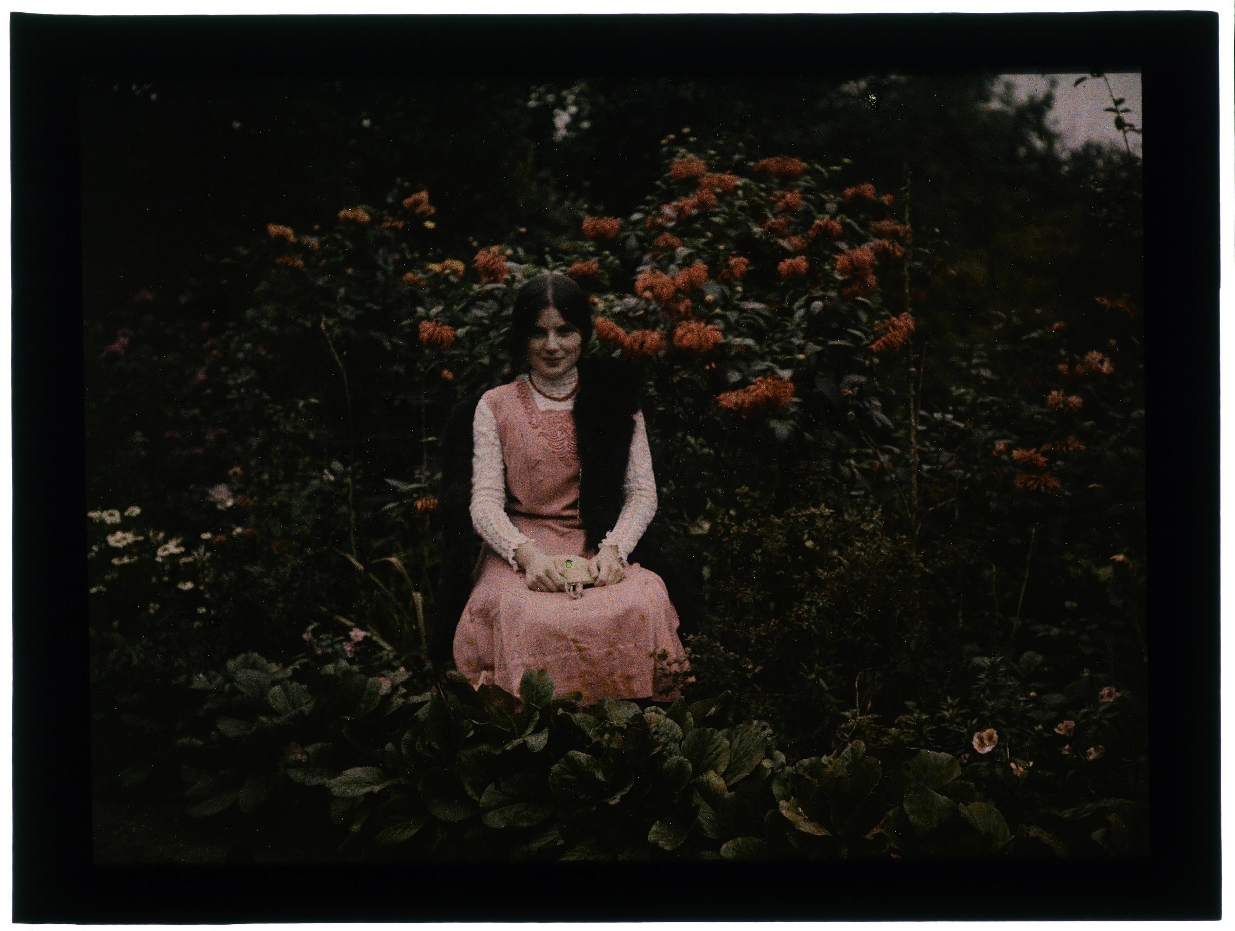 Femme sous un arbre en fleurs