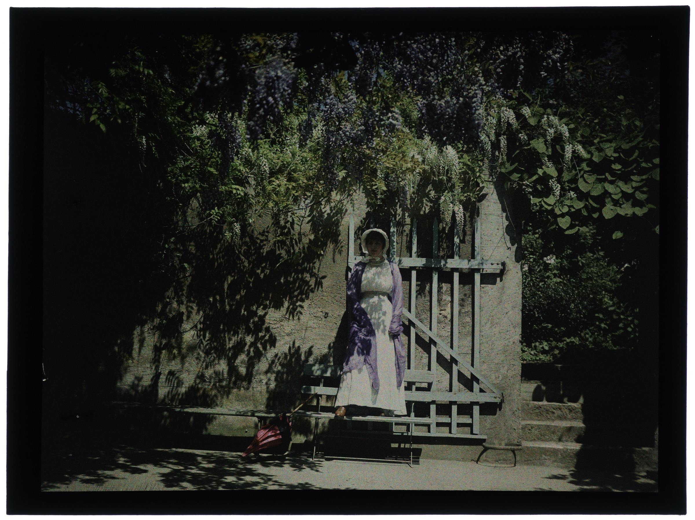 Femme en hâtelle dans la cour