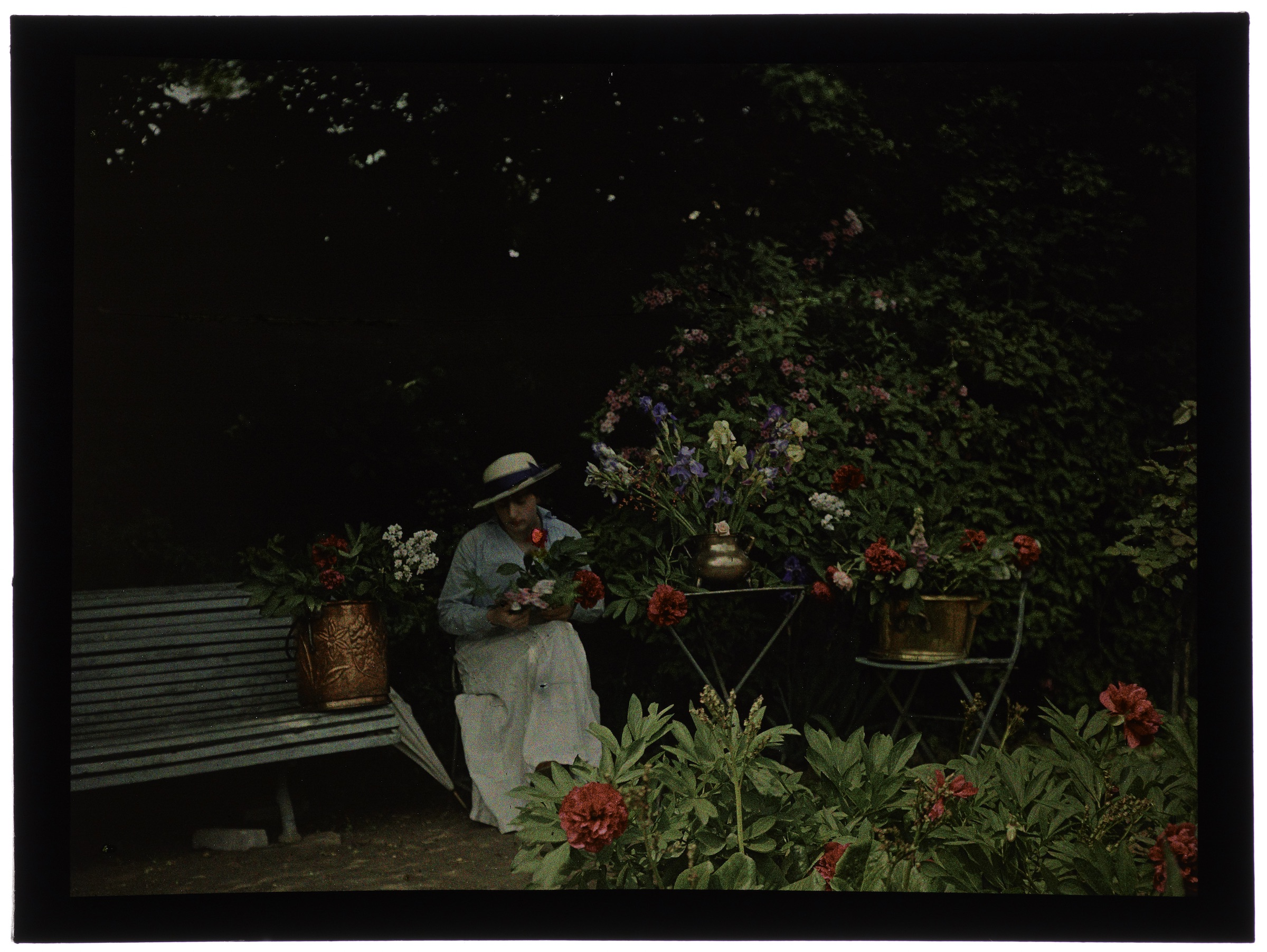 Femme au jardin en fleurs