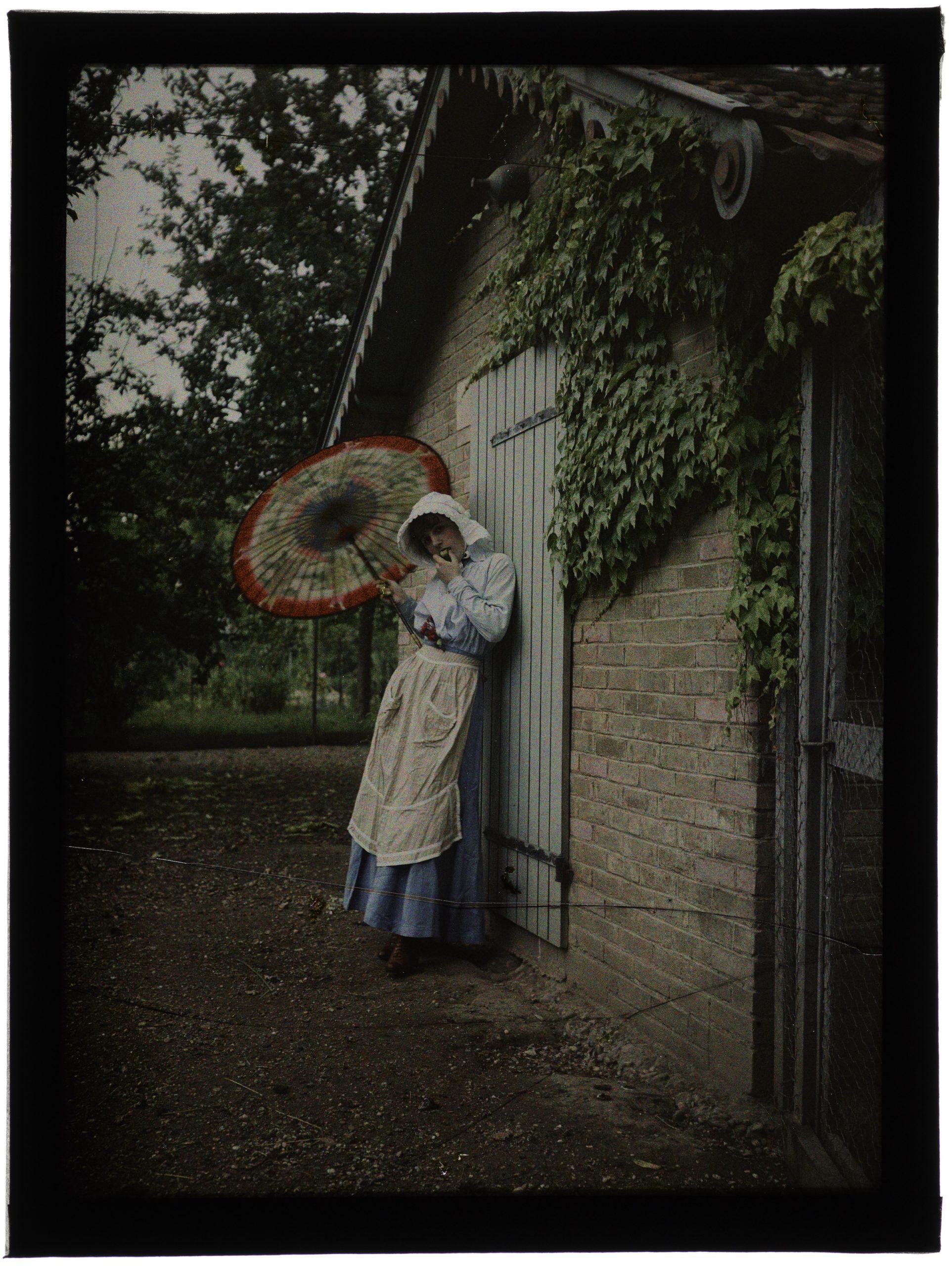 Une ou deux femmes en hâlette au jardin