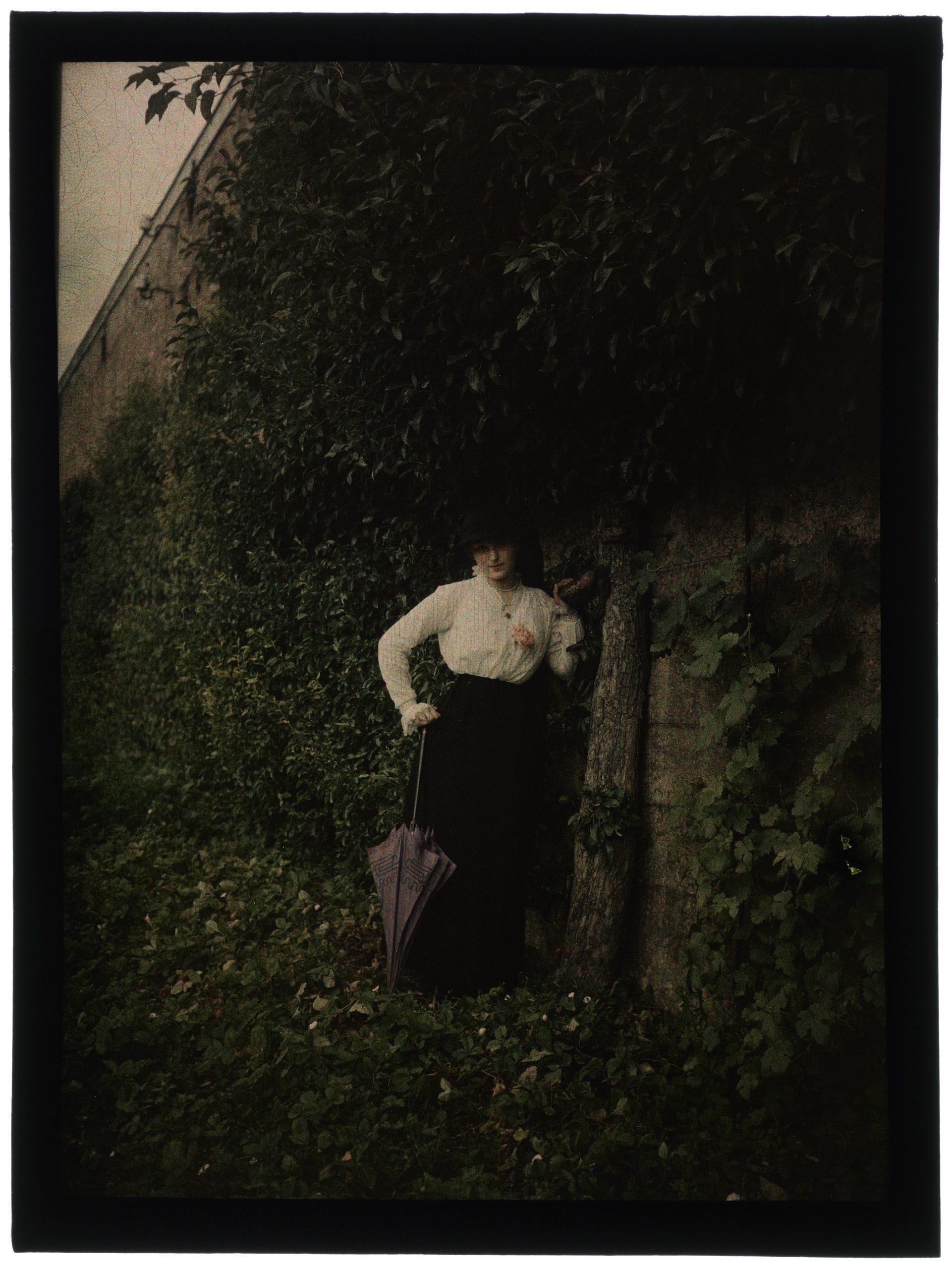 Une ou trois femmes dans le jardin fleuri