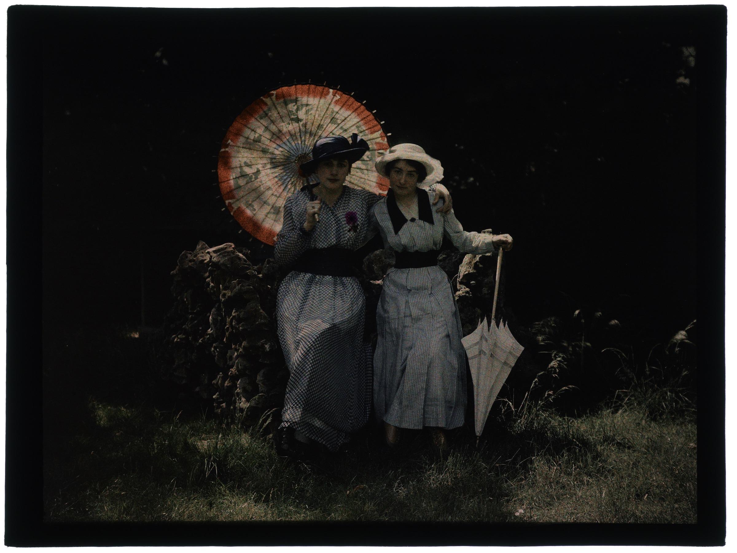 Une ou deux femmes au jardin fleuri