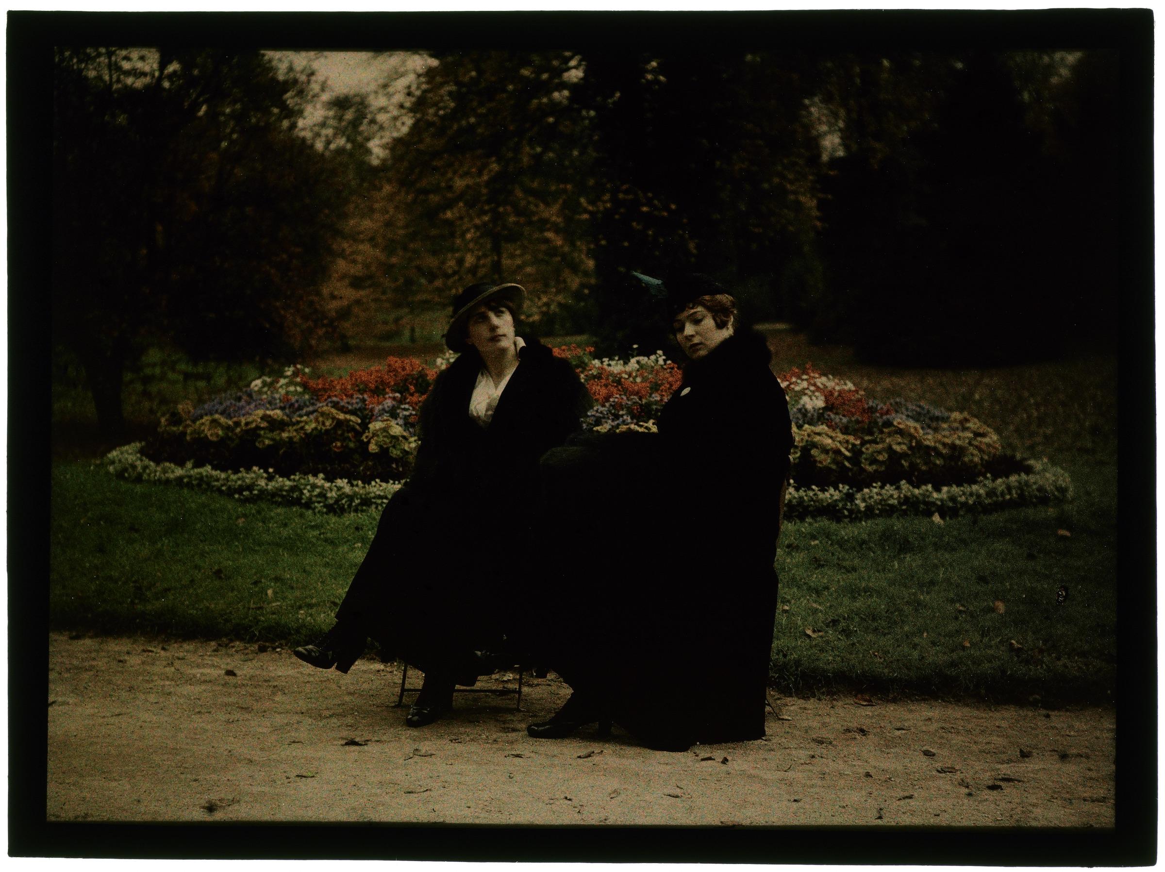Une ou deux femmes au jardin public
