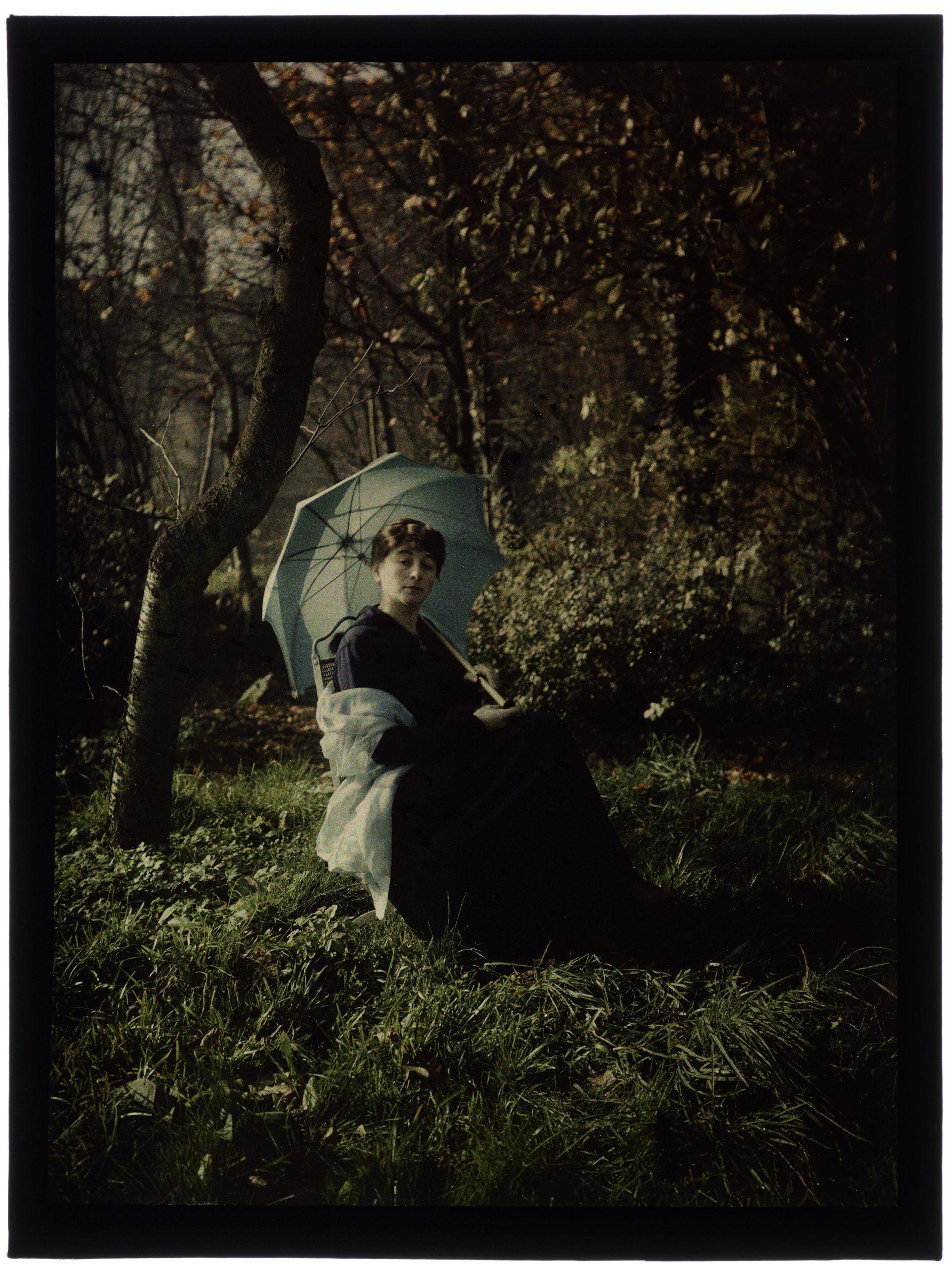 Femme dans un parc boisé