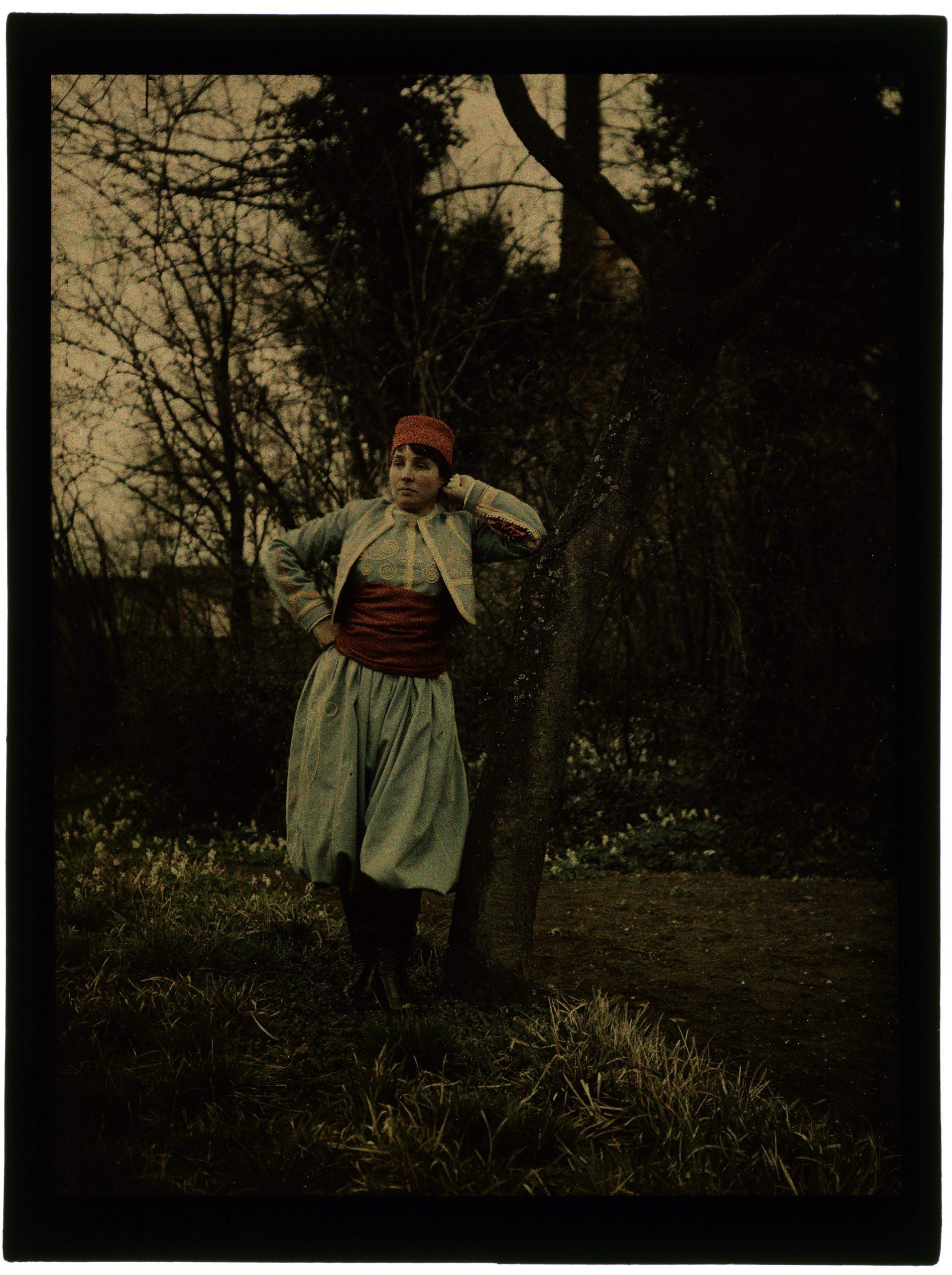 Femme costumée en zouave dans le jardin