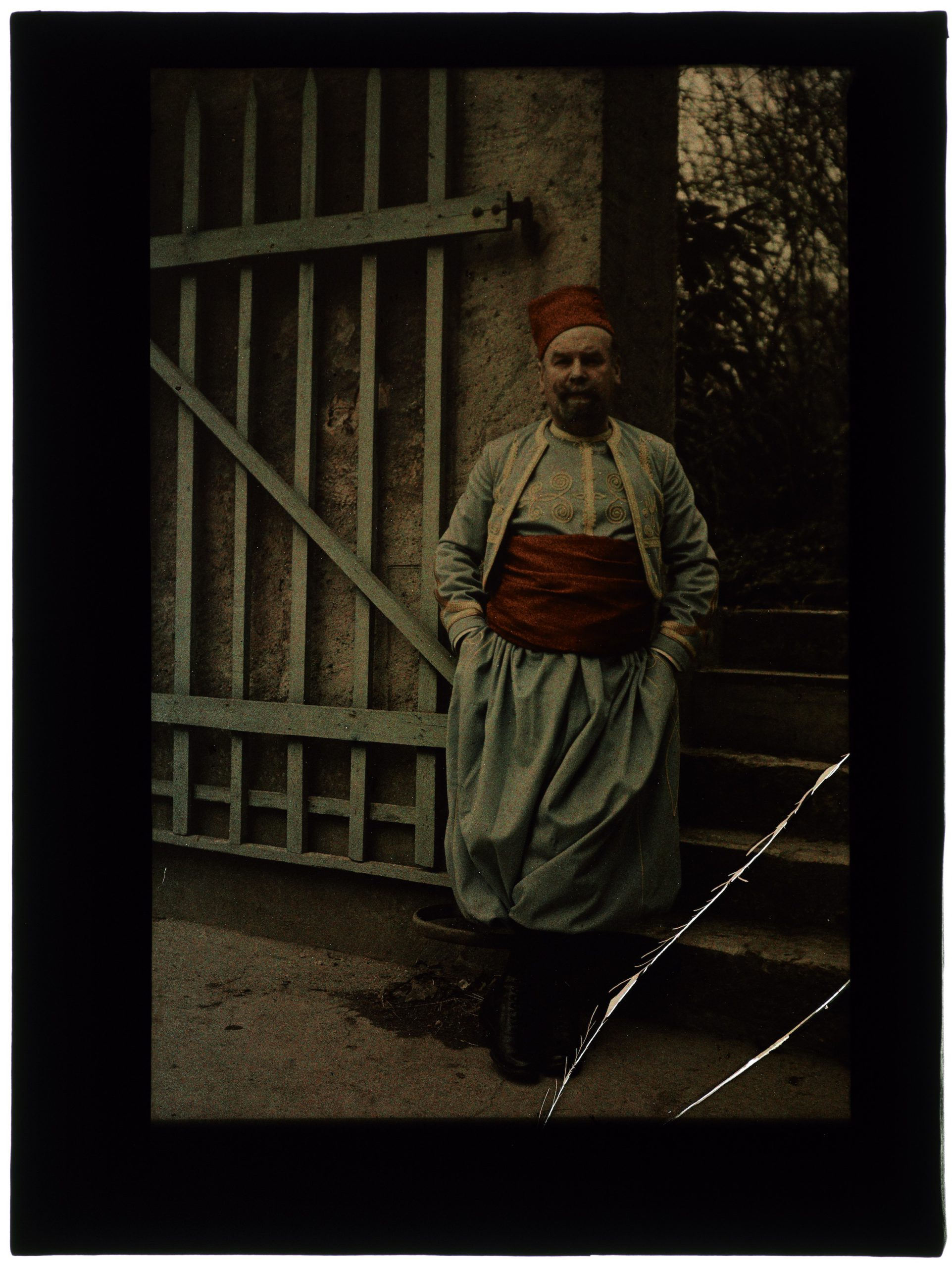 Homme d'âge mûr costumé en zouave
