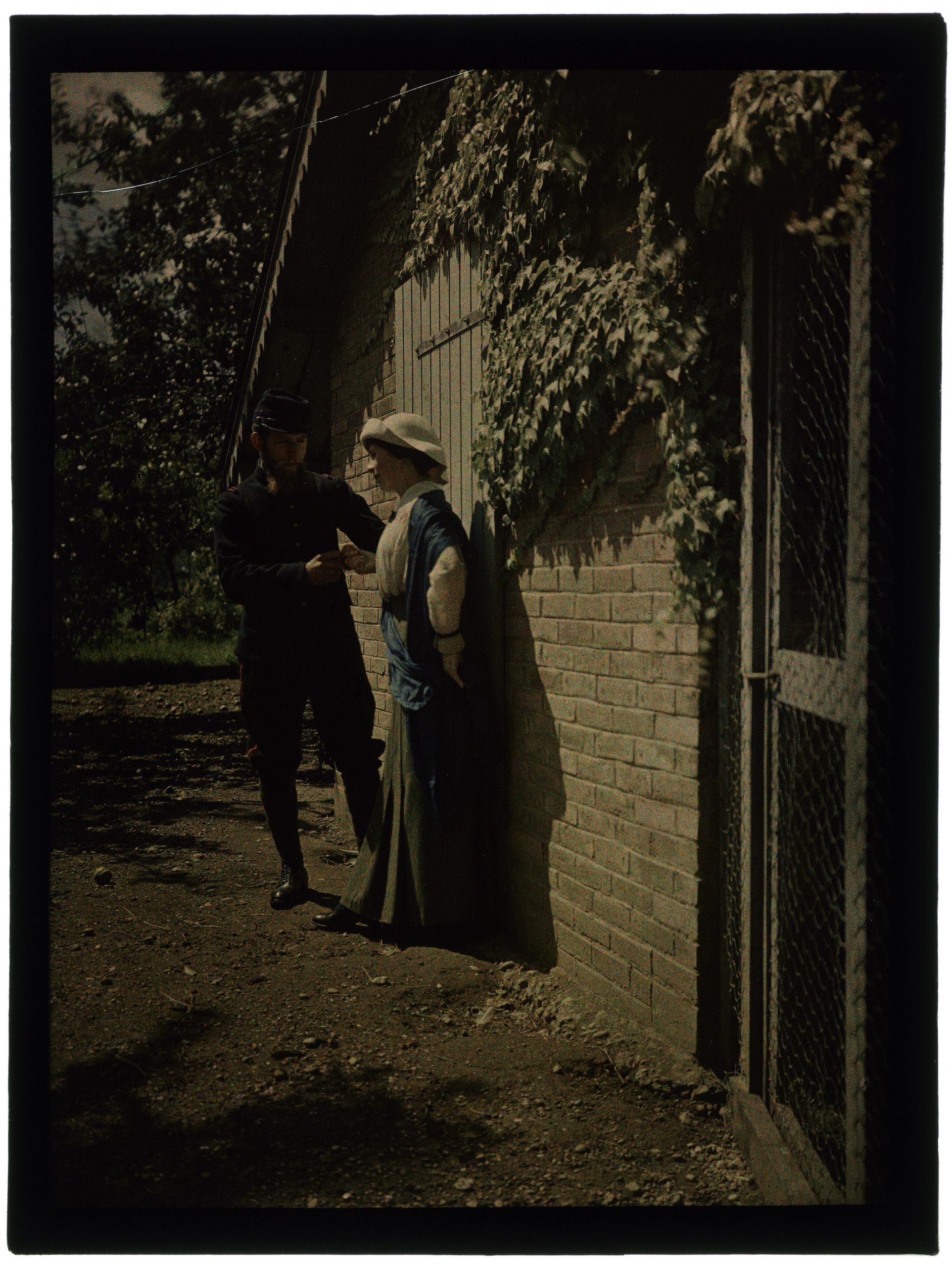 Femme et soldat dans le jardin