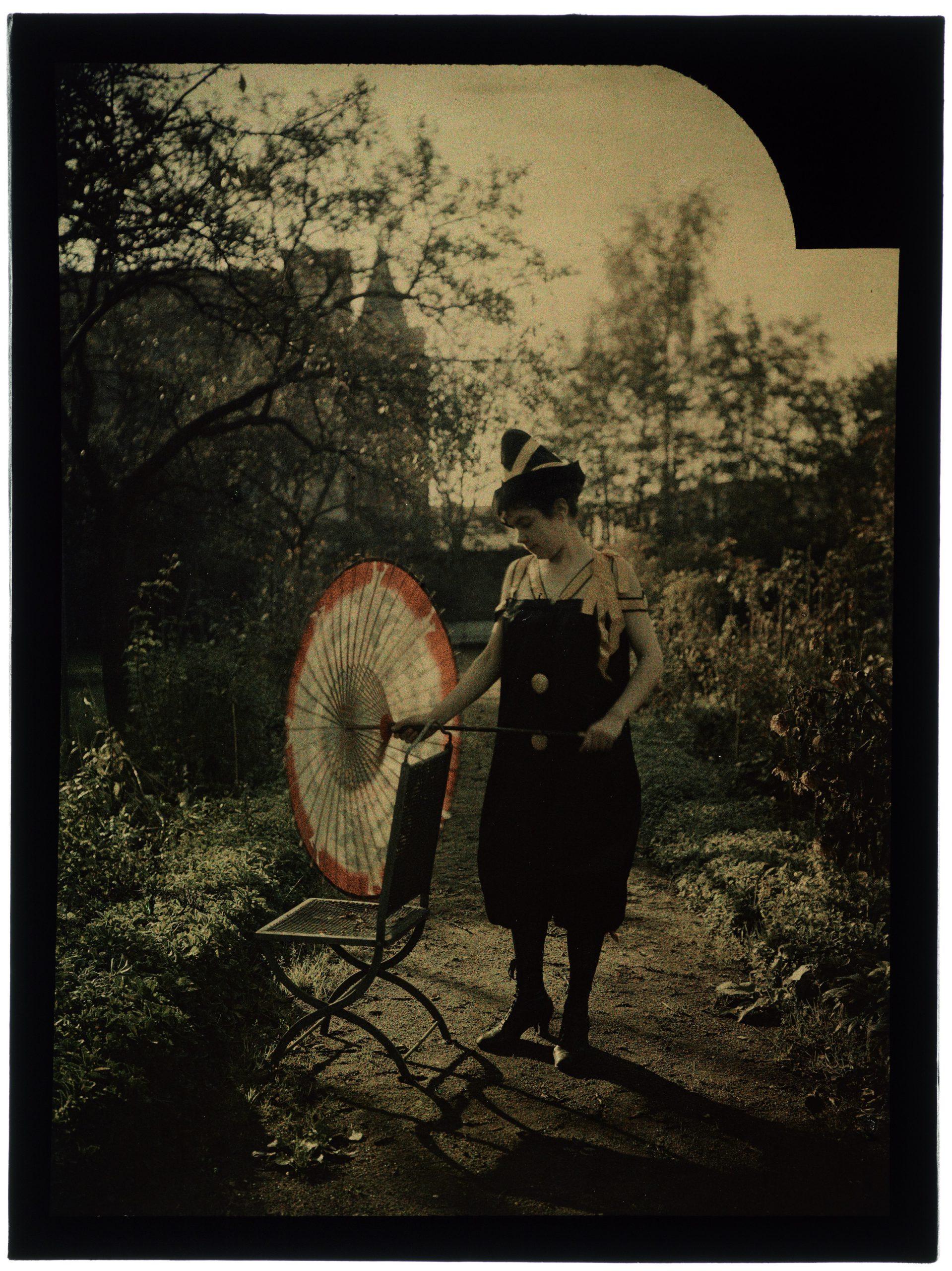 Femme costumée en clown noir et jaune à chapeau pointu