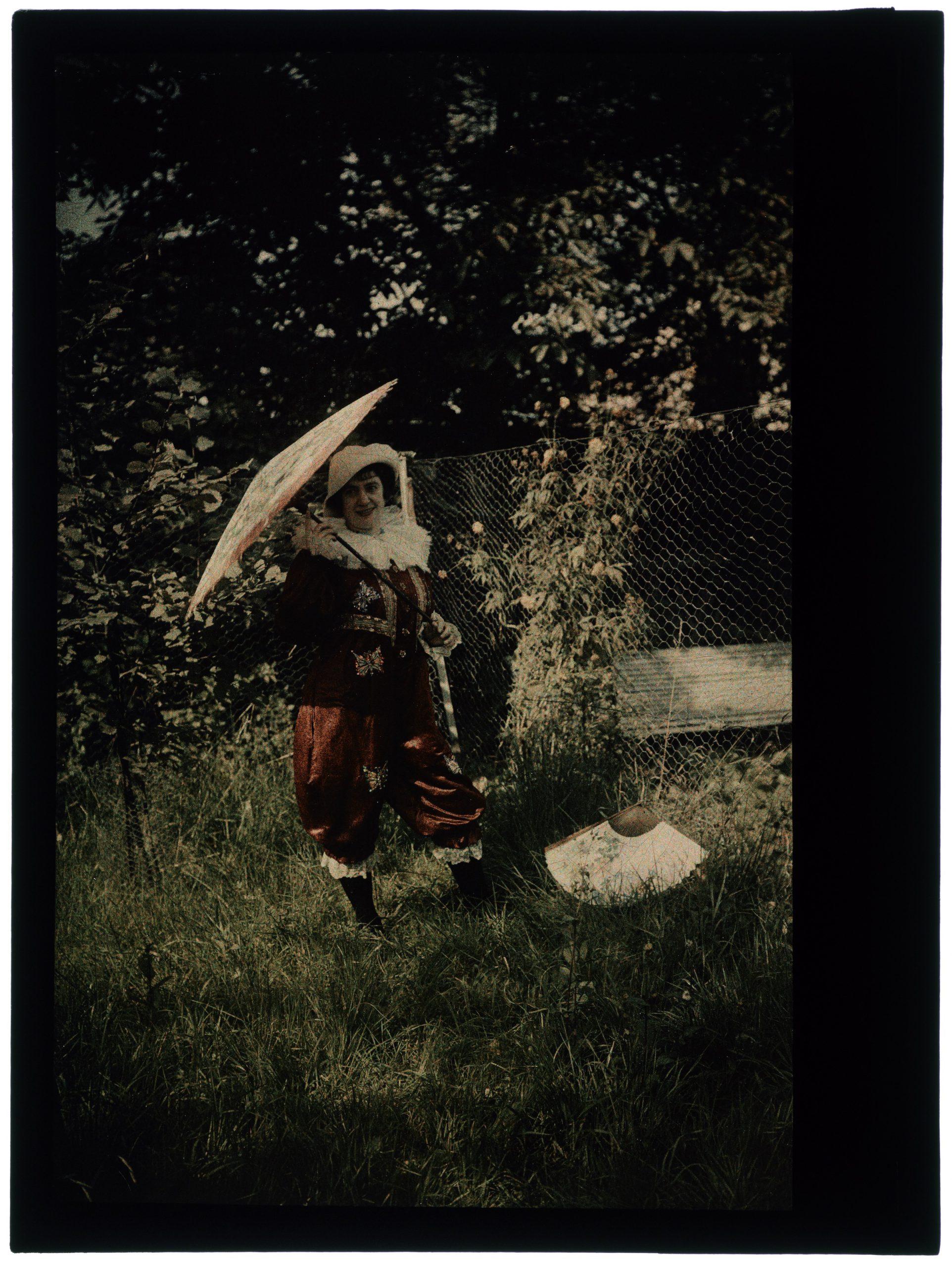 Femme costumée en clown bicolore bordeau/ bleu