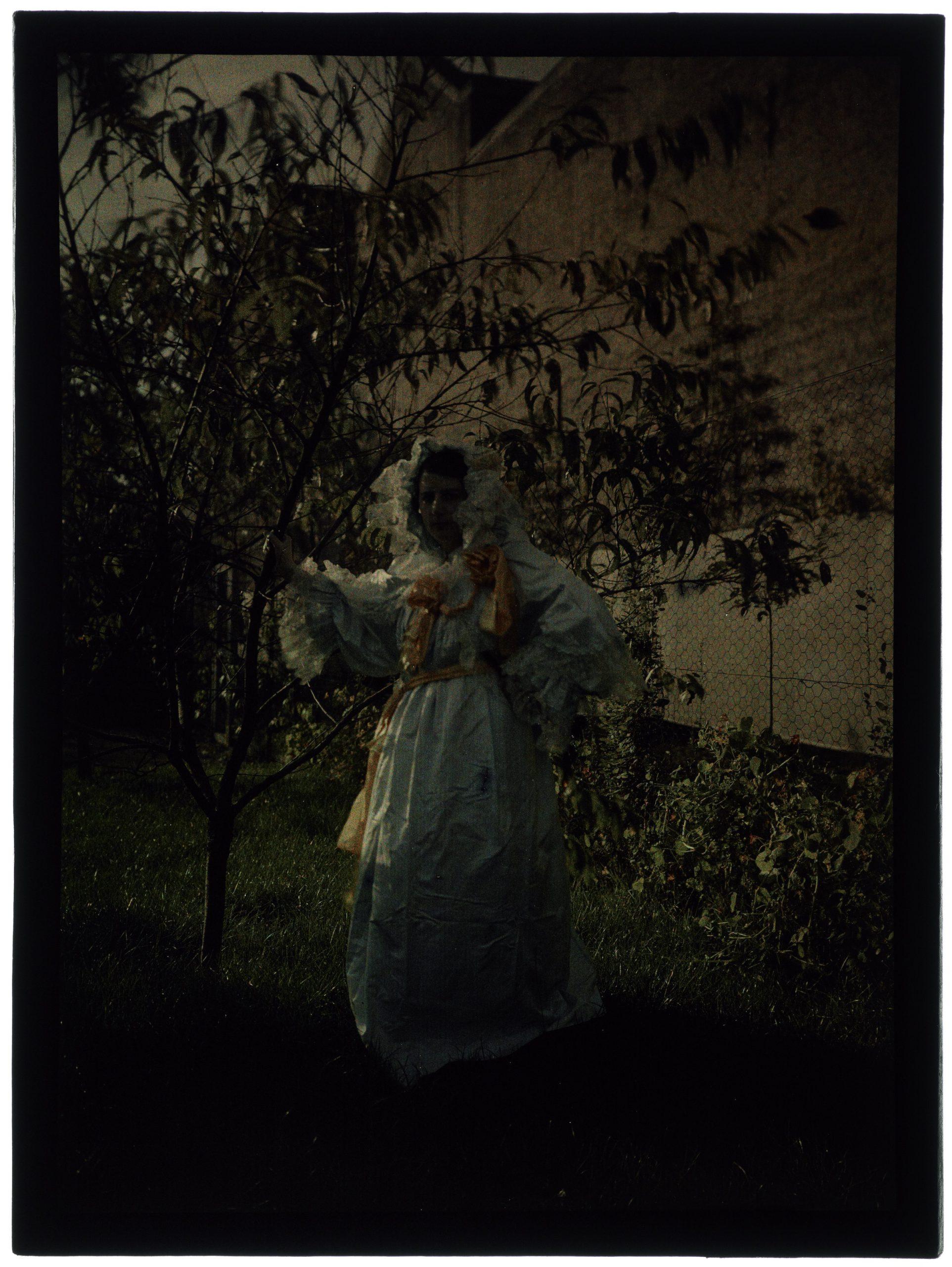 Femme en costume romantique au jardin
