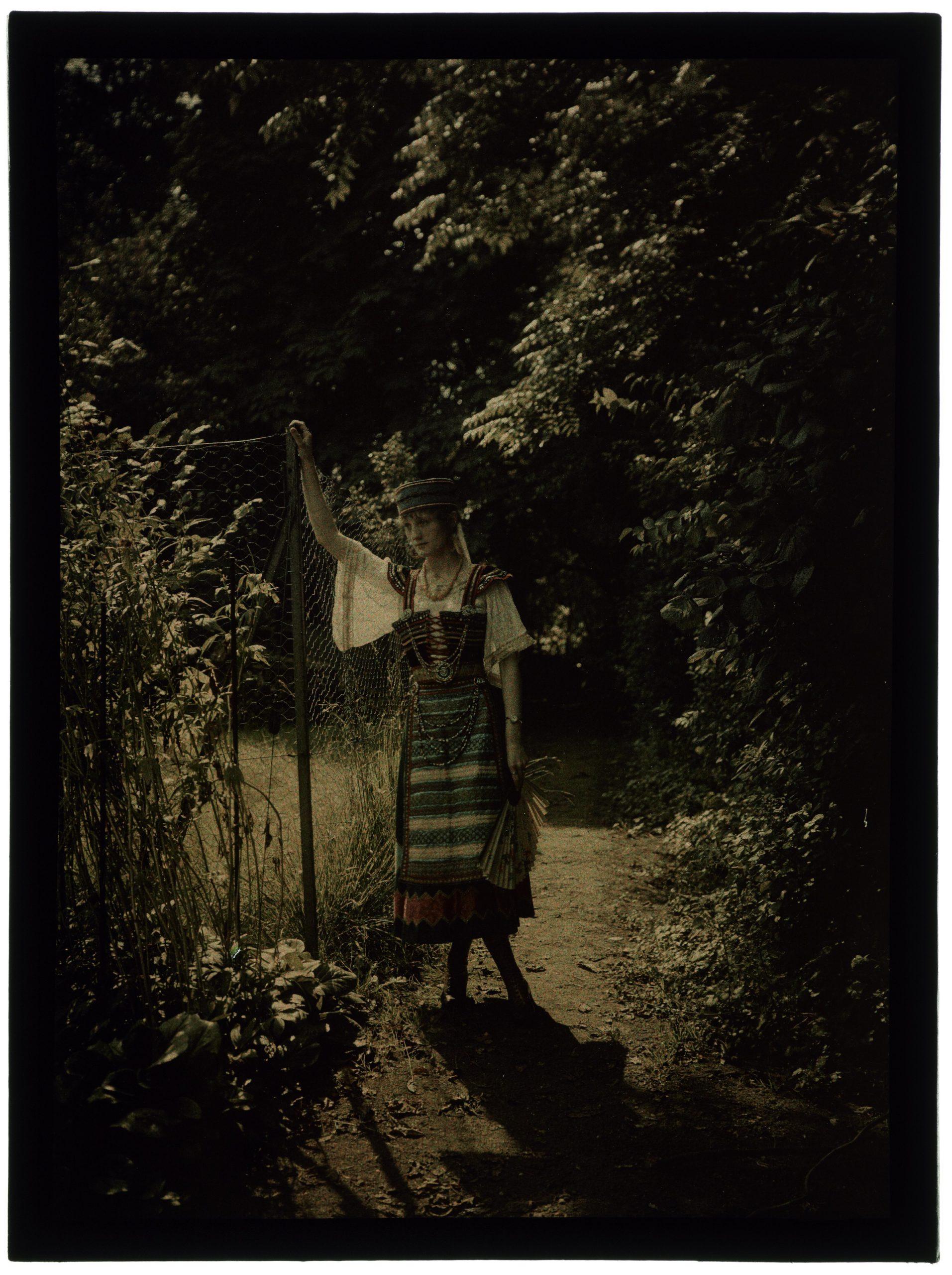 Femme en costume de hongroise au jardin