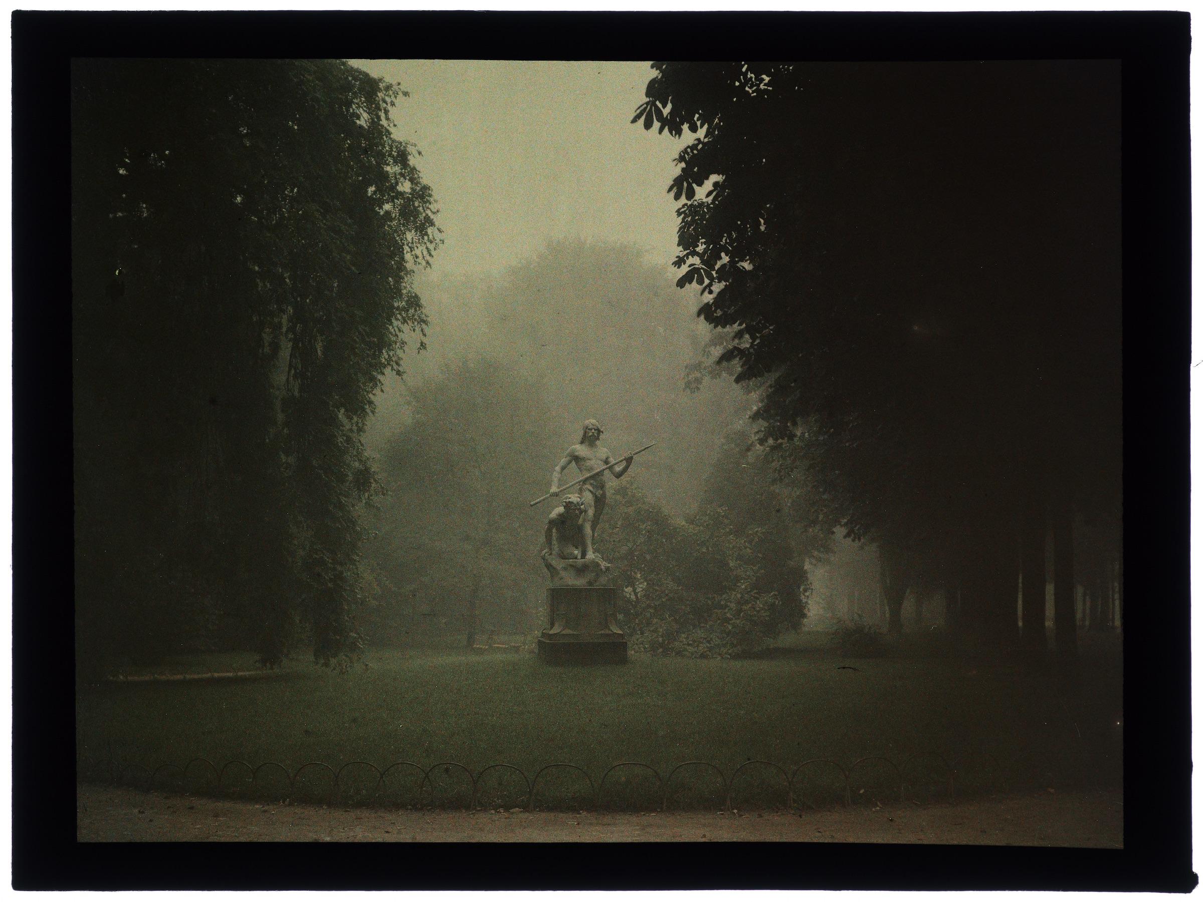La pépinière déserte avec statues