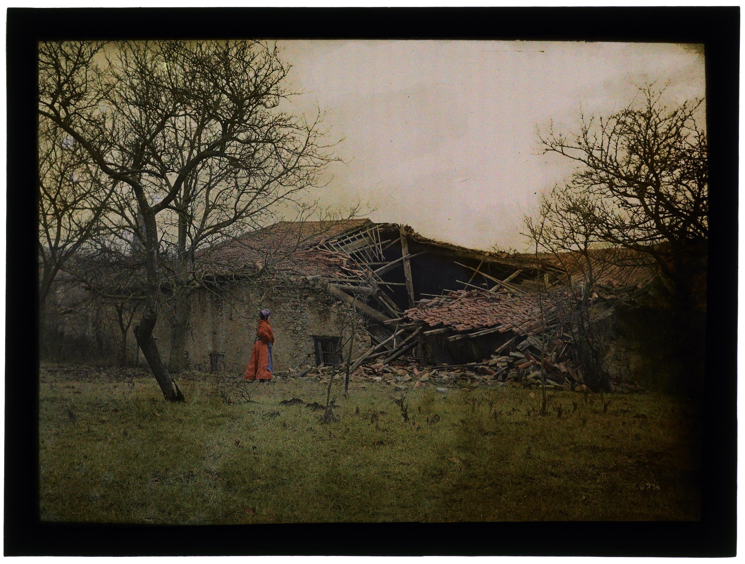 Maison écroulée avec ouvrier