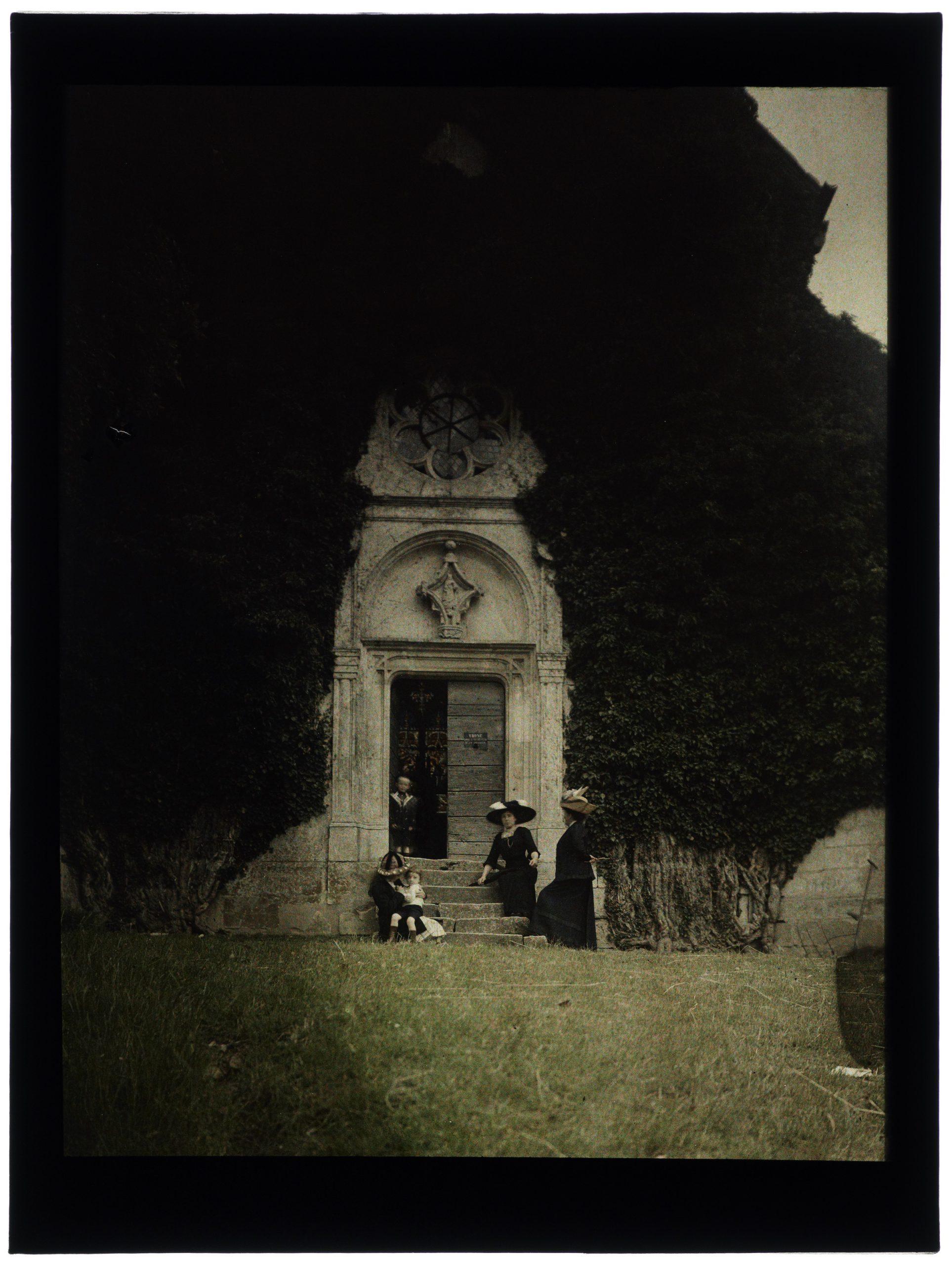 Famille devant une chapelle